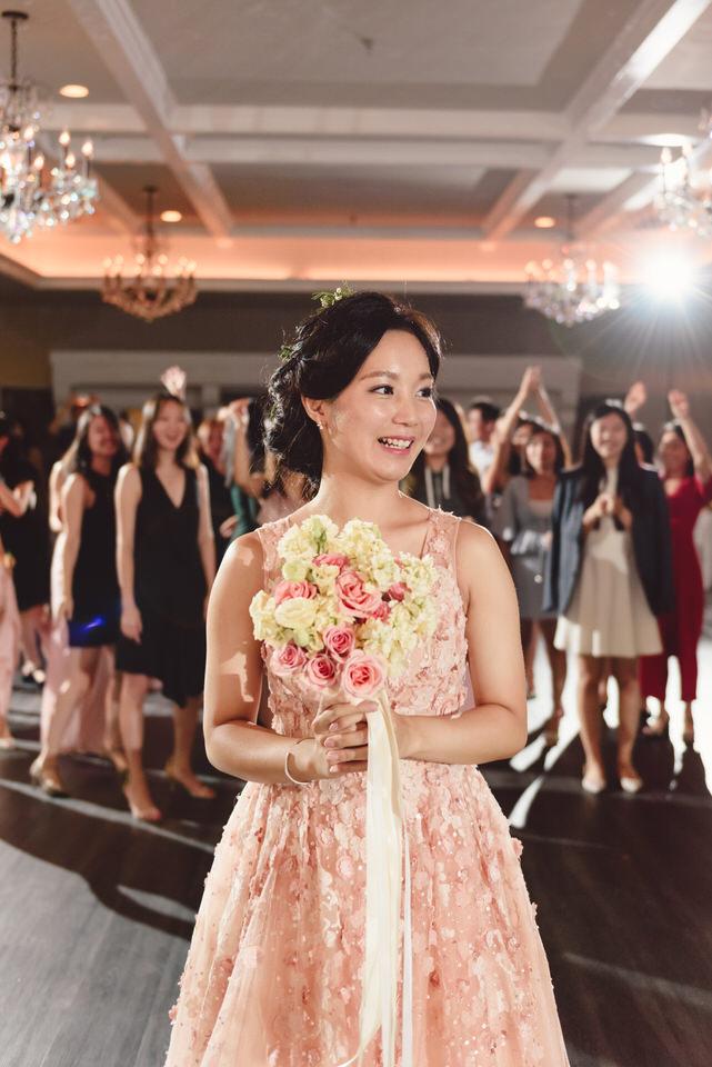 bouquet-toss-nyc-wedding