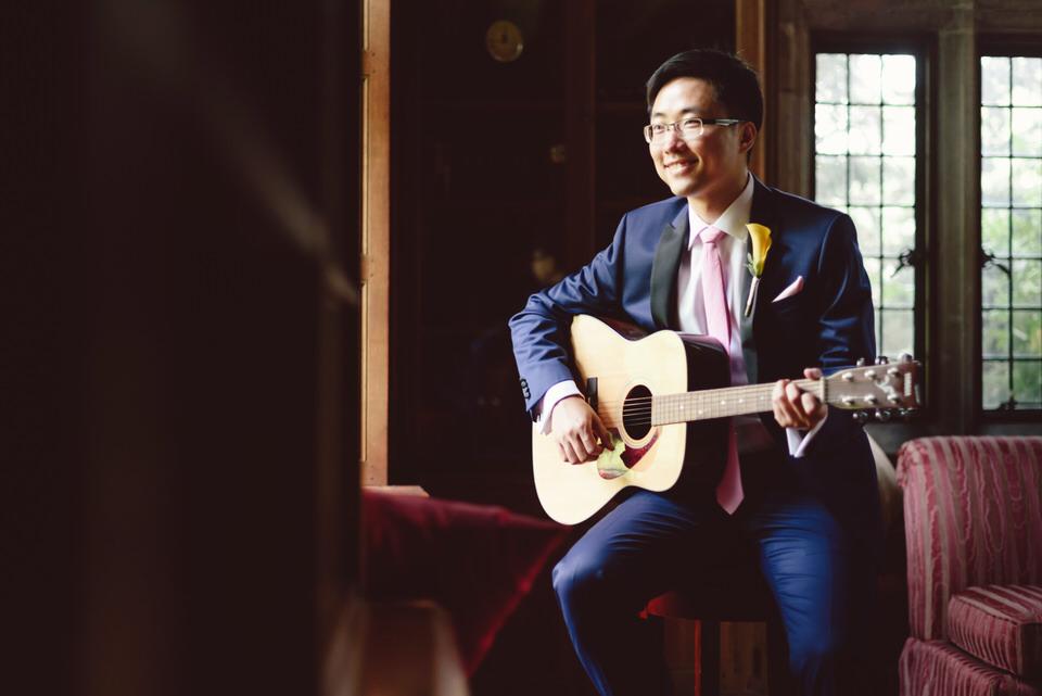 grooms-sings-to-bride