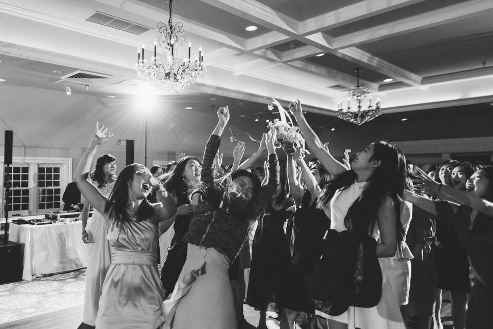 bouquet-toss-castle-wedding