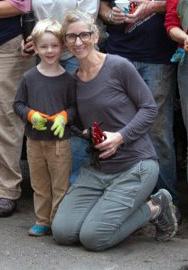 PPF Board Chair Gina Eiben volunteering with one of her children at the 2015 Parke Diem. Photo taken by Stephen Brown in Washington Park
