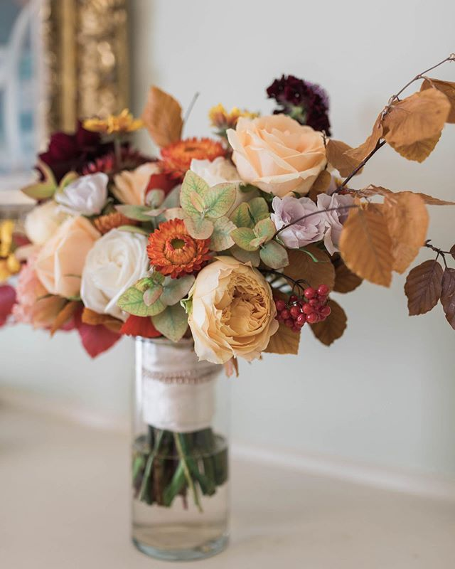 Hollie's autumn bouquet captured so beautifully by @kristen_bowen_photography 🍂🧡