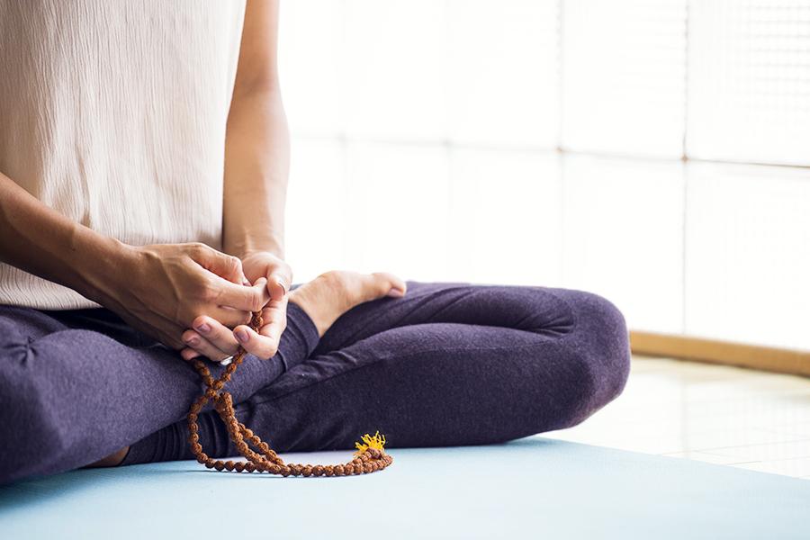 A través de las clases regulares de yoga logramos  reequilibrar cuerpo y mente, aumentar la vitalidad y facilitar las herramientas para la adecuada gestión del estrés . Las sesiones regulares permiten a los grupos evolucionar y obtener beneficios duraderos.