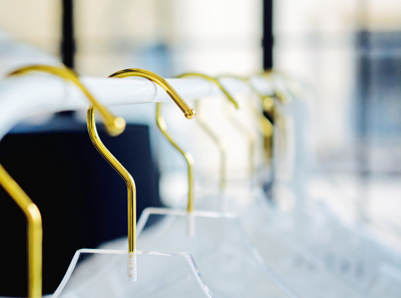 Aleeka-Events-Elequiim-Lucite-hangers-stylish-accessories-for-the-stylish-bride-and-her-bridesmaids