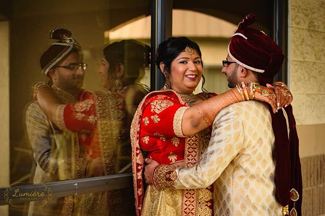 Ever so lovely Appixa and her handsome husband Satya. I love how their outfits contrasted yet complimented each other at the same time. . . . . . #lumierephotographyus #chicagoweddingphotographer #chicago #photography #indianbride #indianwedding #maharaniweddings #theknot #shaadi #desiwedding #chicagophotographer #portrait #weddinginspiration #editorial #bride #makeup #wedding #weddingphotographer #weddingphotography #southasian #southasianwedding #punjabi #punjabibride #punjabiwedding #weddingceremony