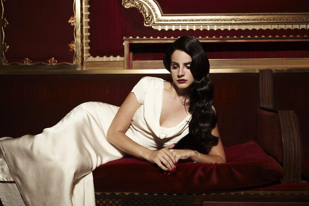 Lana_Del_Rey_Releases_Music_Video_For_New_Track_'Burning_Desire'9.jpg
