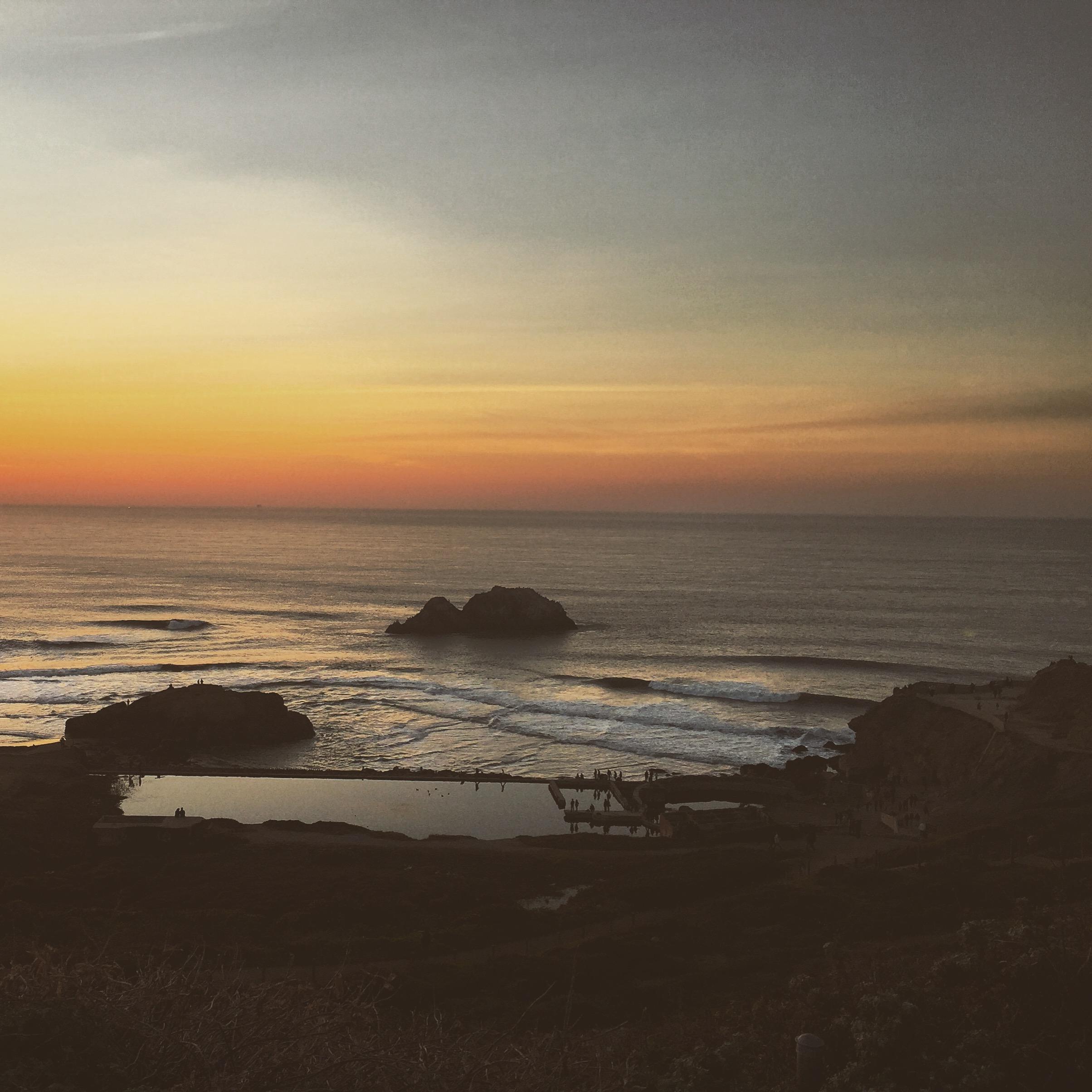Auringonlaskun aikaan San Franciscon Sutro Bathissä