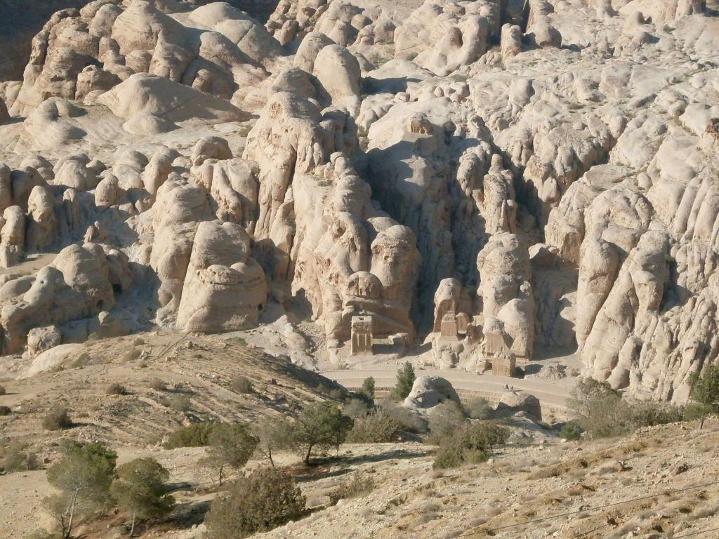 Petra ylhäältä vuorelta katsottuna. Jos näet pari neliskanttiseksi louhittua kiveä, niiden keskeltä solaa pitkin pääsee Petraan. Aikamoinen piilopaikka vai mitä? Täältä ylhäältä ei voi millään arvata, että tuolla keskellä on iso kaupunki.