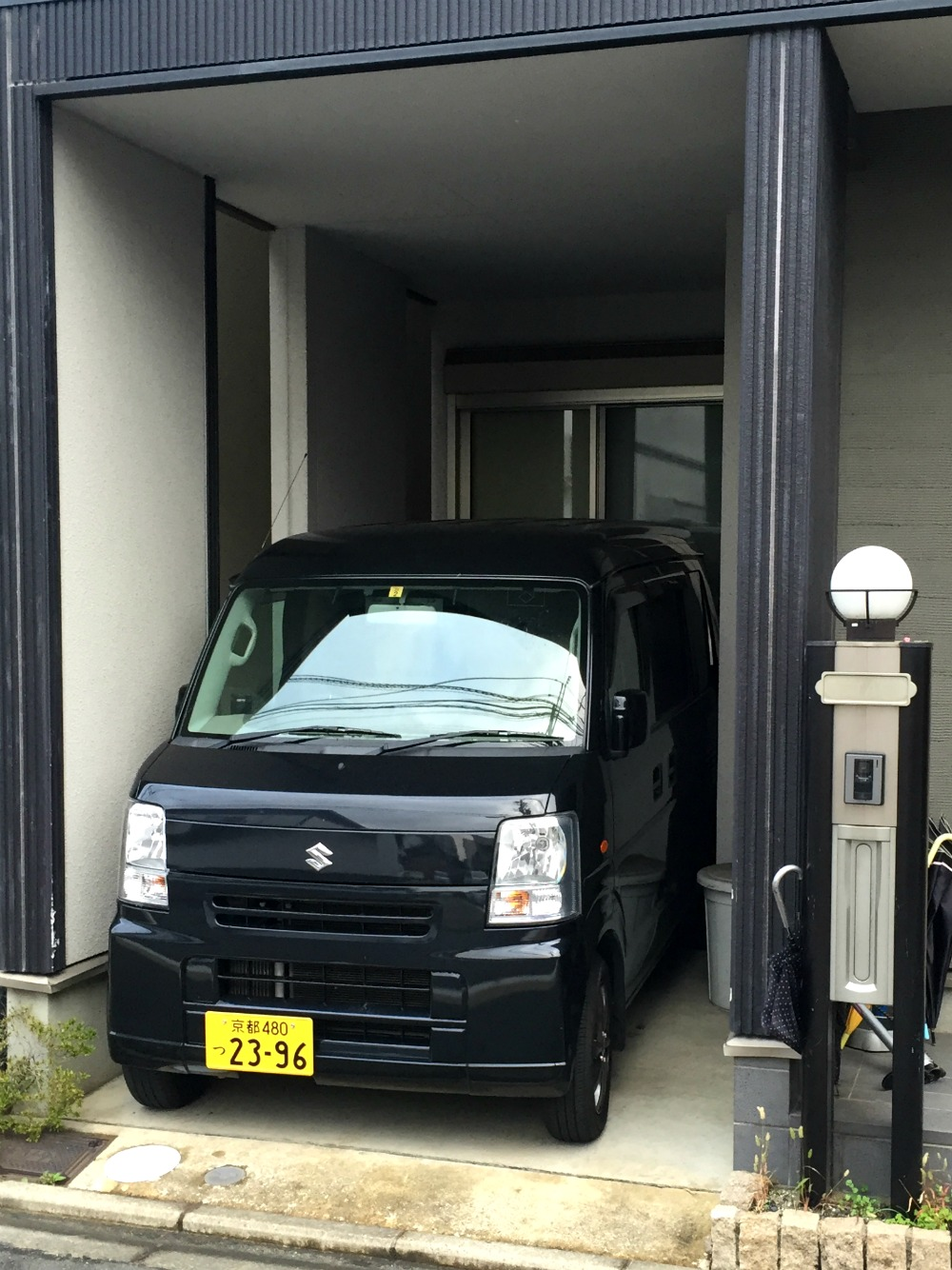 Sometimes we were wondering about the tiny parking spots in Japan. I´m so glad I didn´t have to try backing up a car over here!