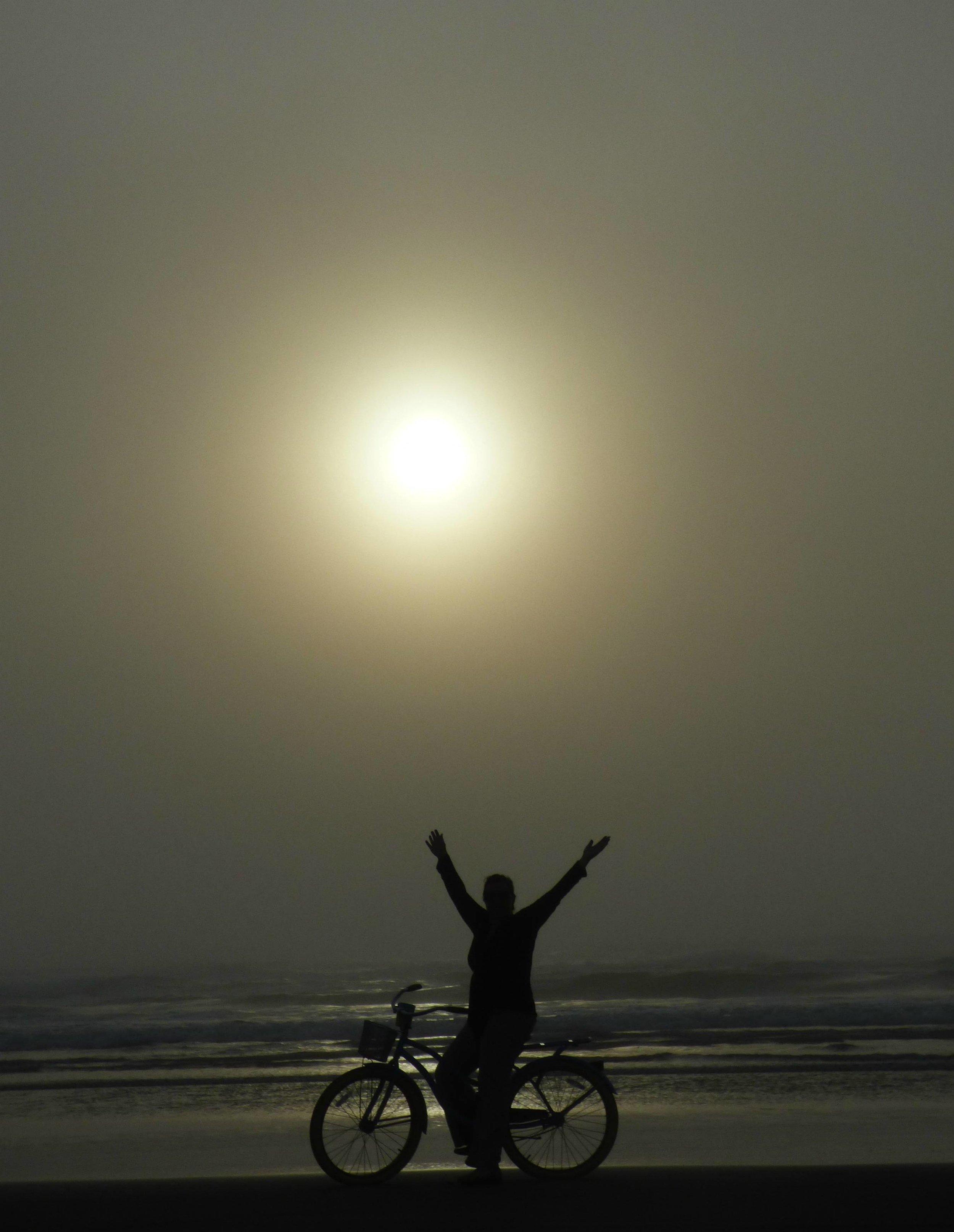 Pyöräily rannalla sumussa ja auringonlaskussa oli hauskaa mutta kylmää hommaa. Vaatekerroksia sai laittaa päälleen useamman että tarkeni.