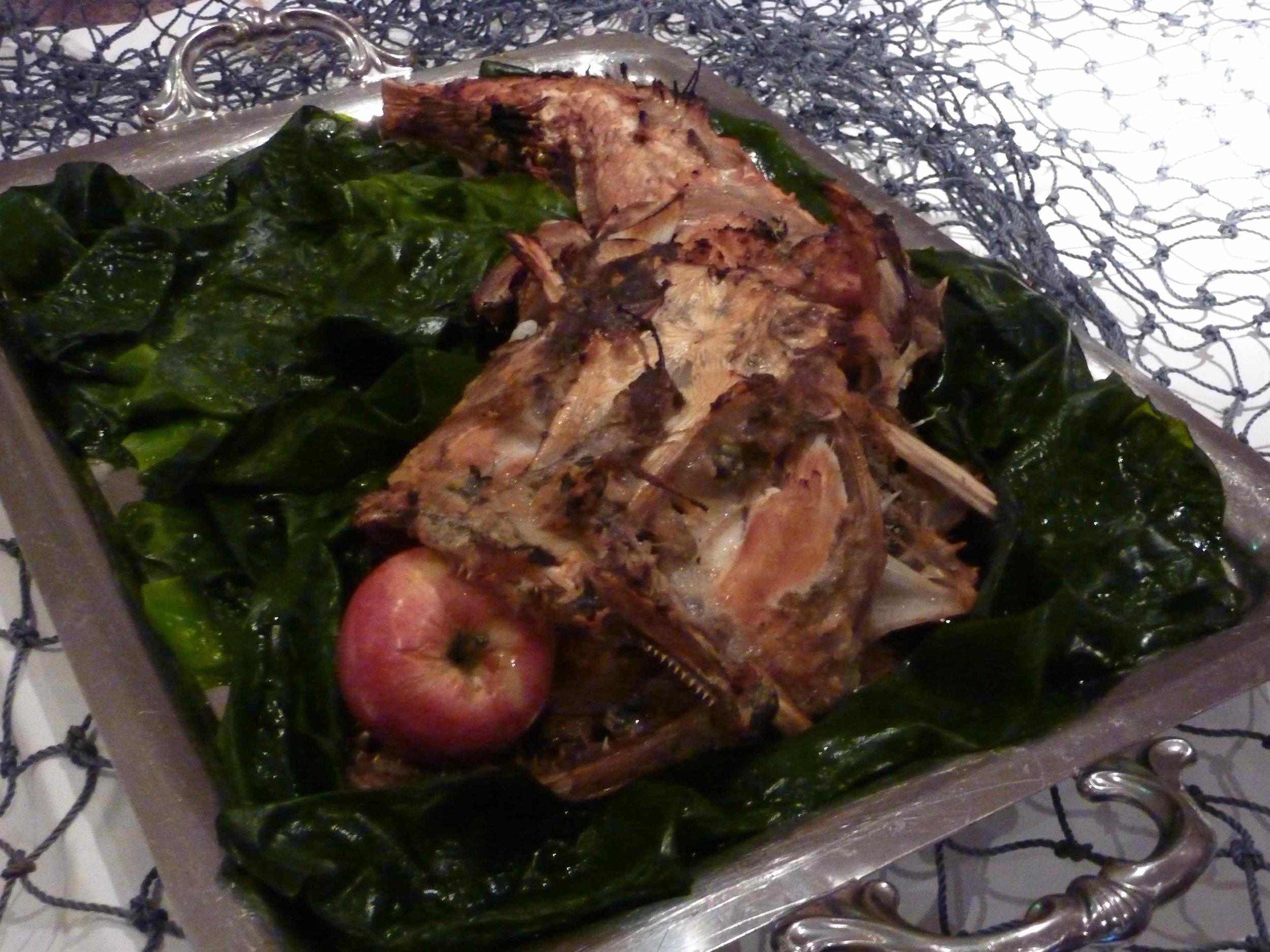 Vasemmalla kuivattua kalaa voin ja merilevän kera, ja oikealla buffetpöydän kala-antimia eräässä toisessa iltatilaisuudessa.