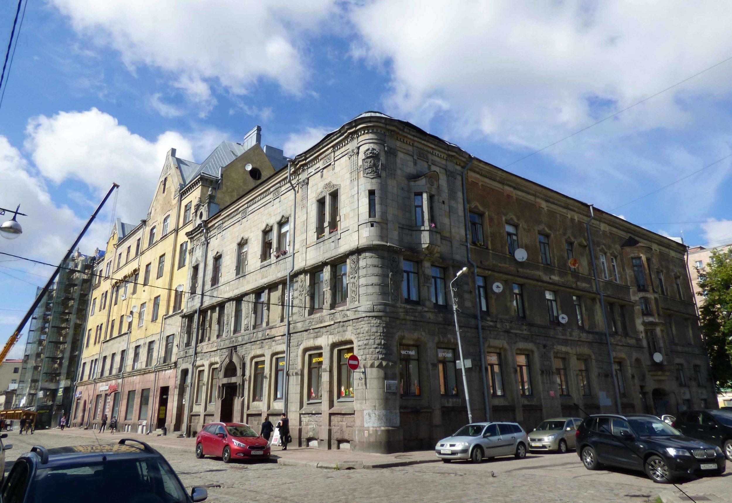 Vanhassa KOP:n talon kulmissa komeilevat Suomileijonat