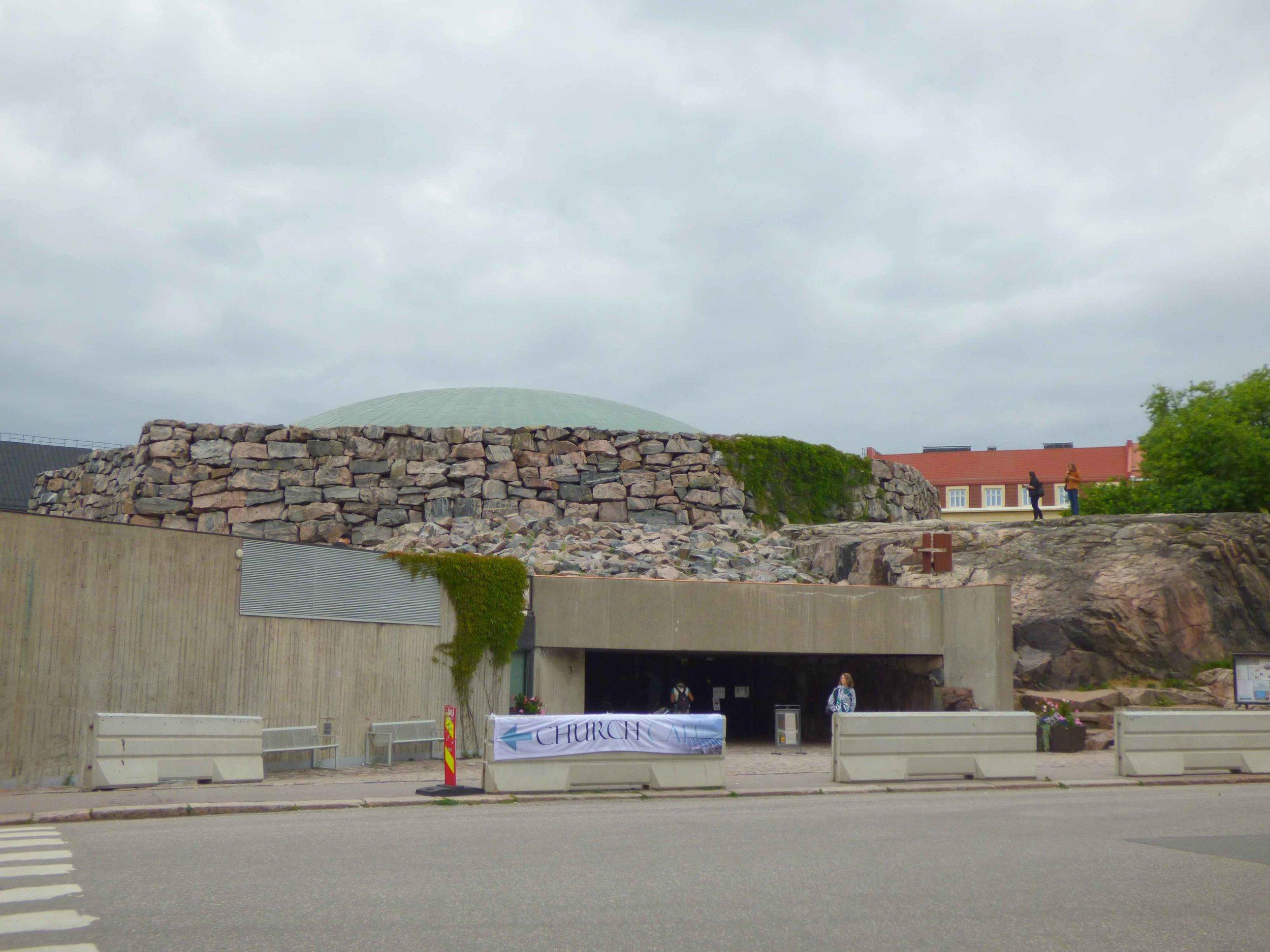 Kirkon edessä olevat betoniesteet tuotiin sinne kesällä 2017 kun oli epäilys, että kirkkoon suunniteltiin terrori-iskua