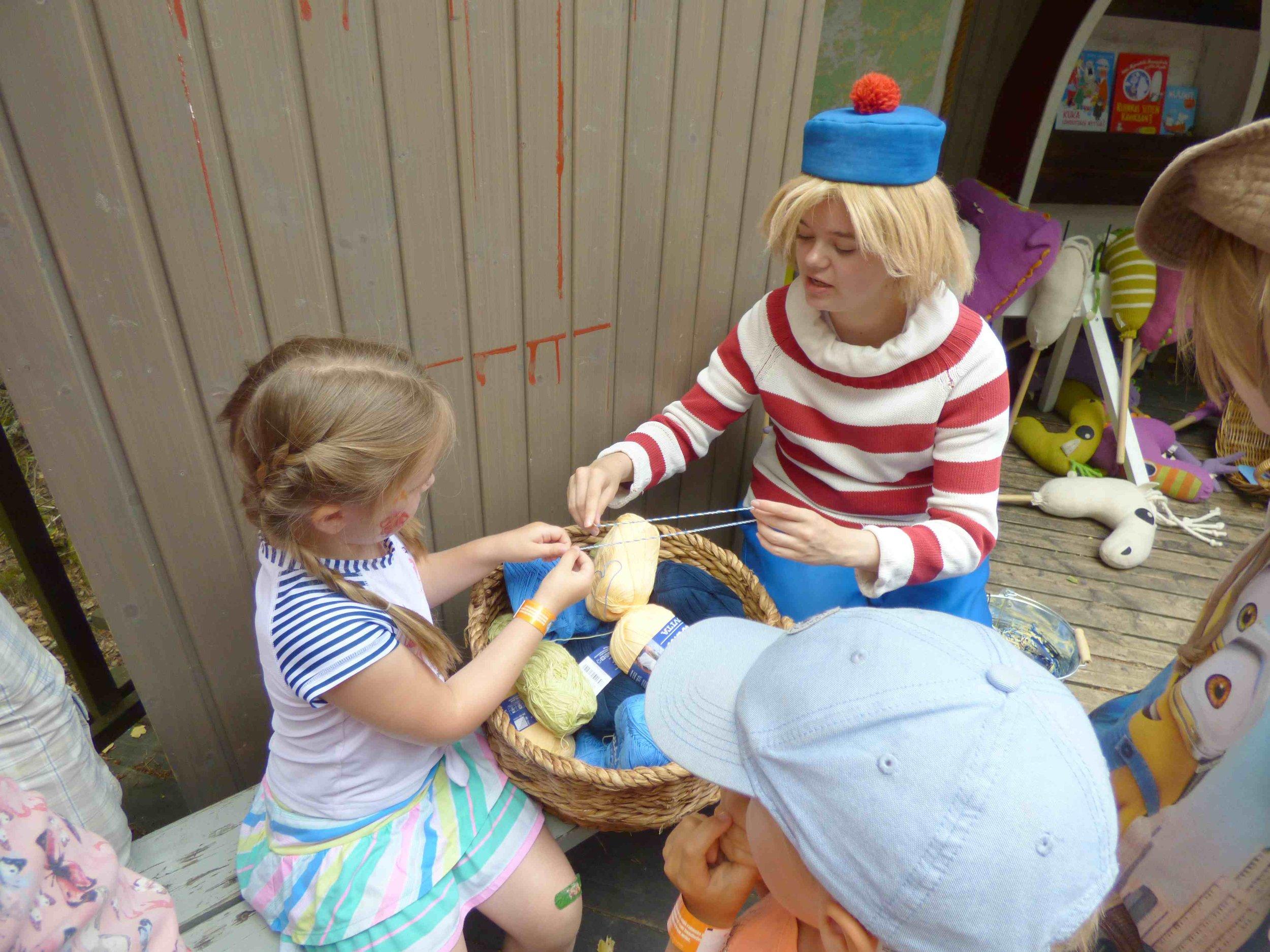 Tuu-tikki teki lasten kanssa yhdessä naruista rannerenkaita