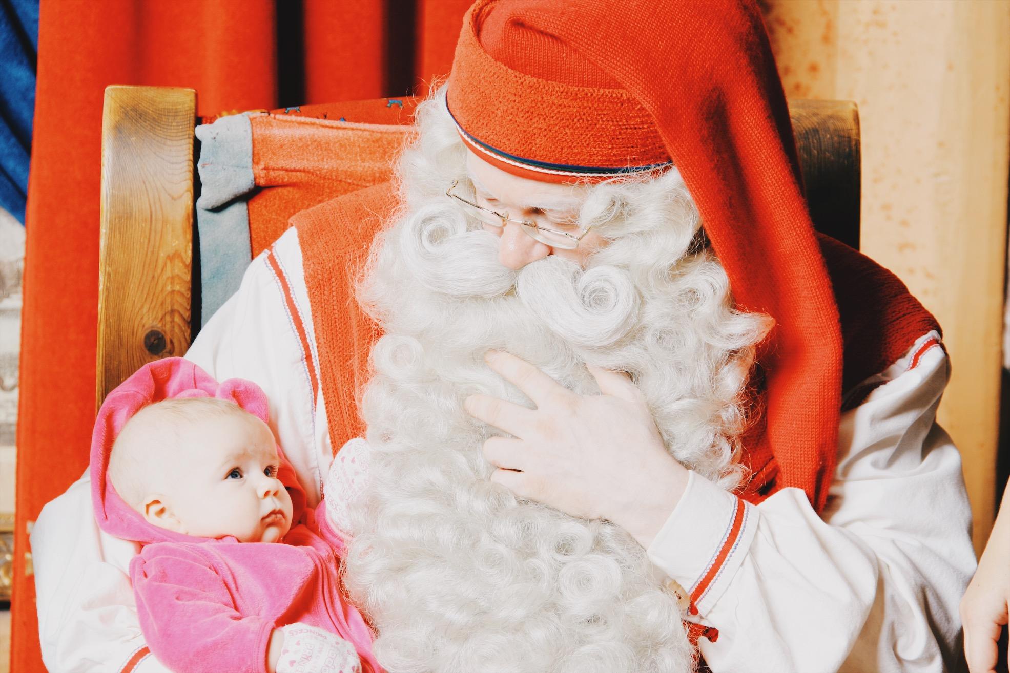Vauvan ensimmäinen kohtaaminen pukin kanssa. Ei ihan tuorein kuva!