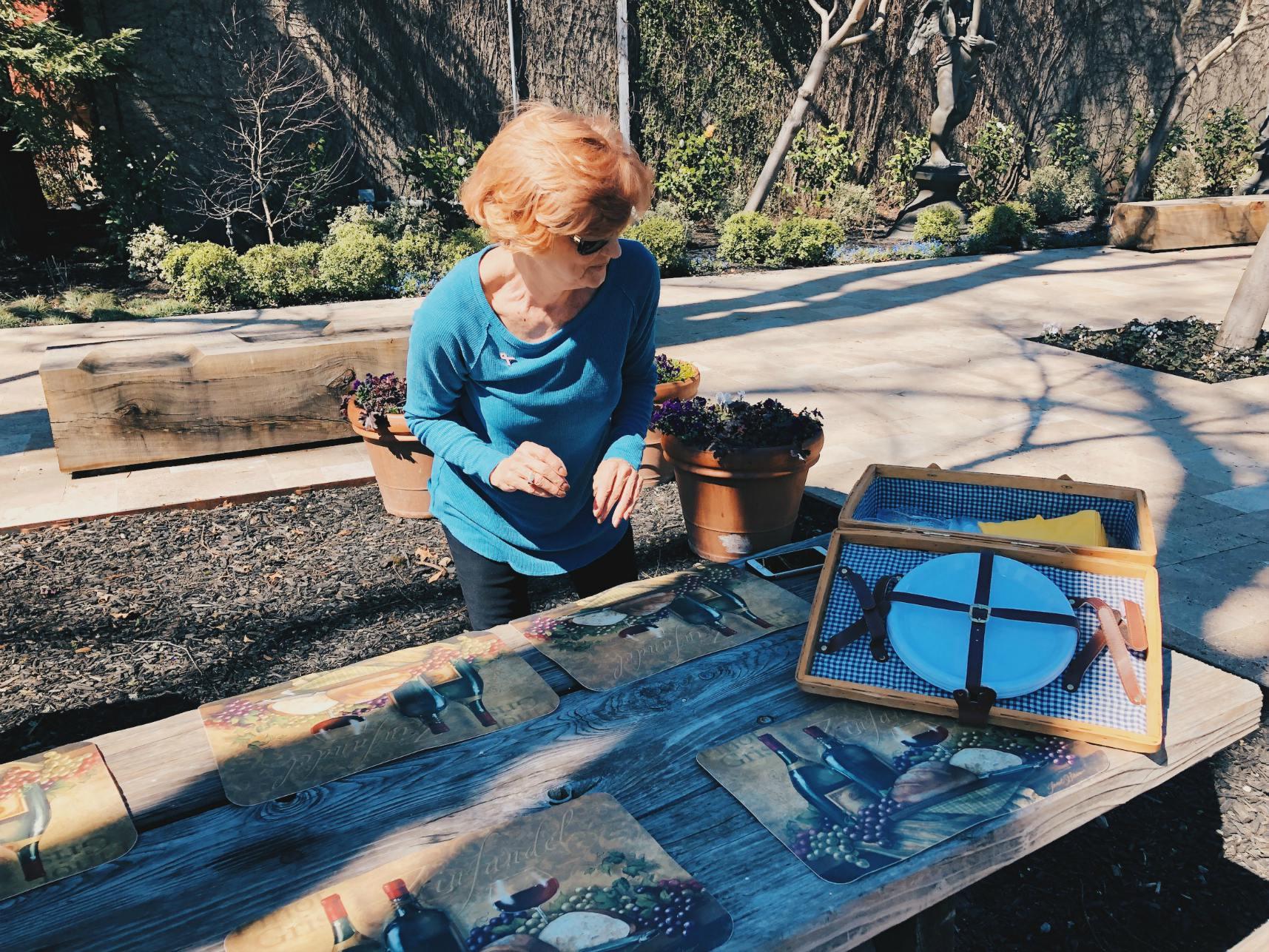Kuljettajamme Linda kattamassa piknik -pöytää