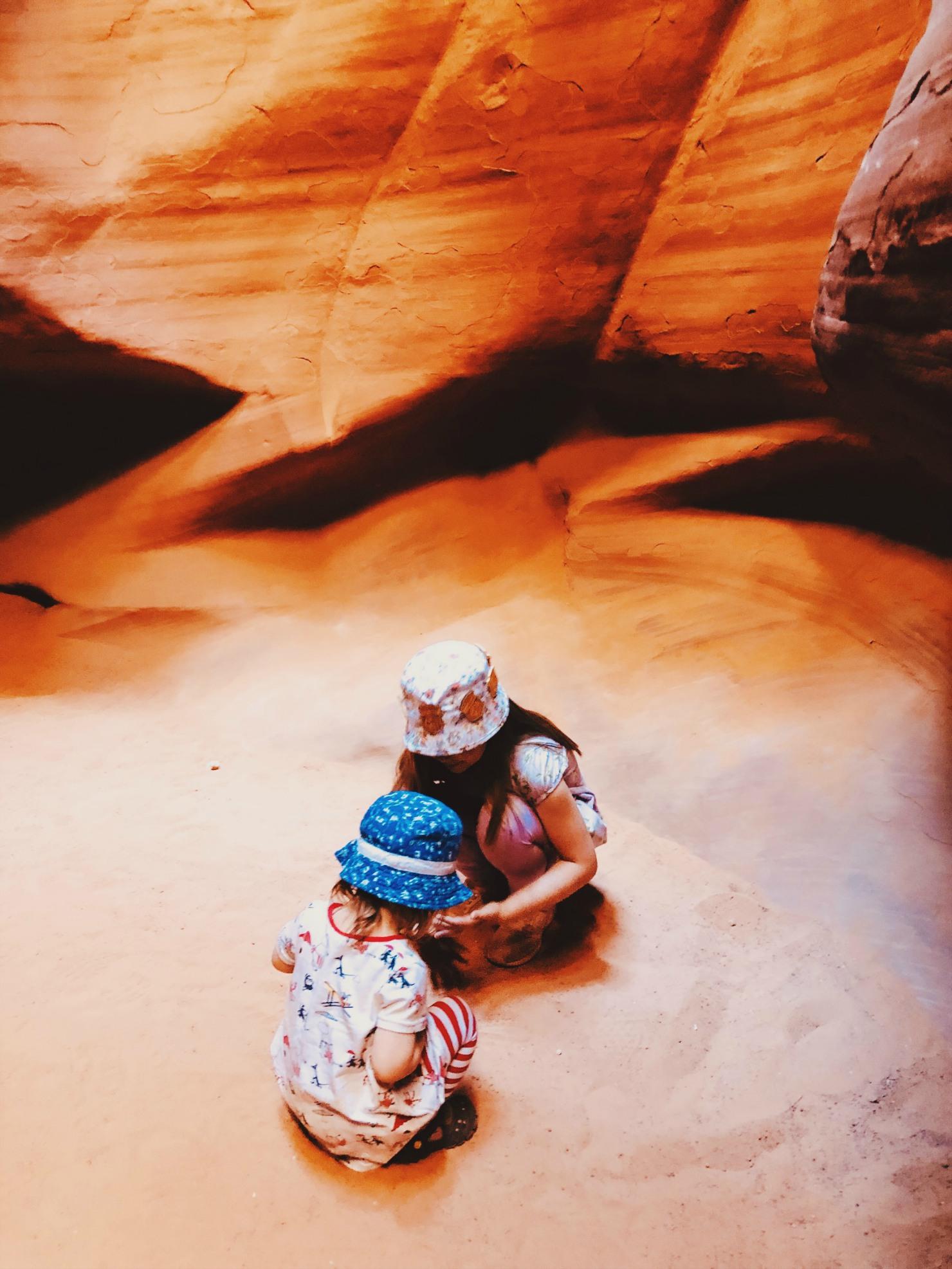 Välissä löytyi jopa hetki aikaa leikkiä hiekalla