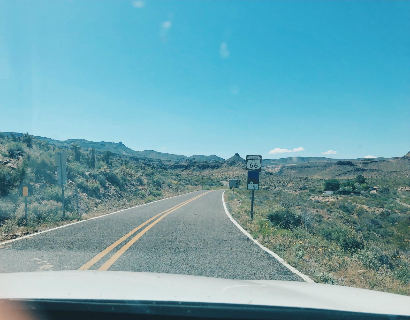 Matkalla; Route 66 ja kohta Oatmanissa