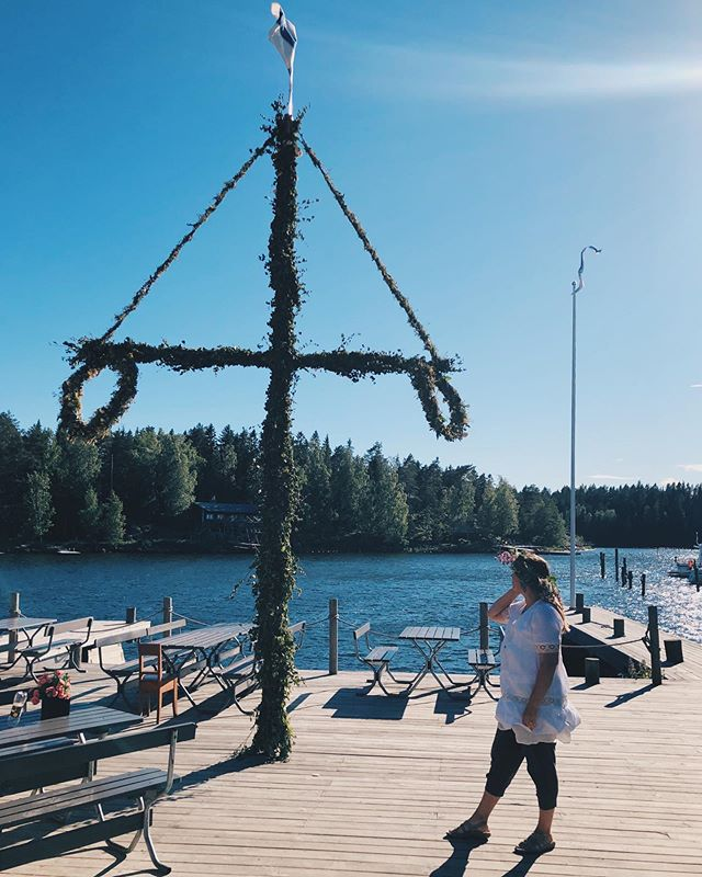 Happy Midsummer from Finland! It's been a weekend of family and friends, good food, wind and rain, and of course, the midnight sun. Here on the coast we also have some Swedish traditions like the midsummer pole. 🌞~ Perhe, ystävät, ruokaa ja juomaa, vähän tuulta ja sadetta, ja tietenkin keskiyön aurinko. Juhannussalkokin on pystyssä. Hyvää Juhannusta! * * * * * #midsummer #midsummerpole #juhannus #juhannussalko #yötönyö #keskiyönaurinko #suomi #finland #visitfinland #europe #nightlessnight #midnightsun #photooftheday #familytravel #viinilaaksonviemää #matkablogi #travelblogger #travelingwithkids #travelingfamily #coast #ocean