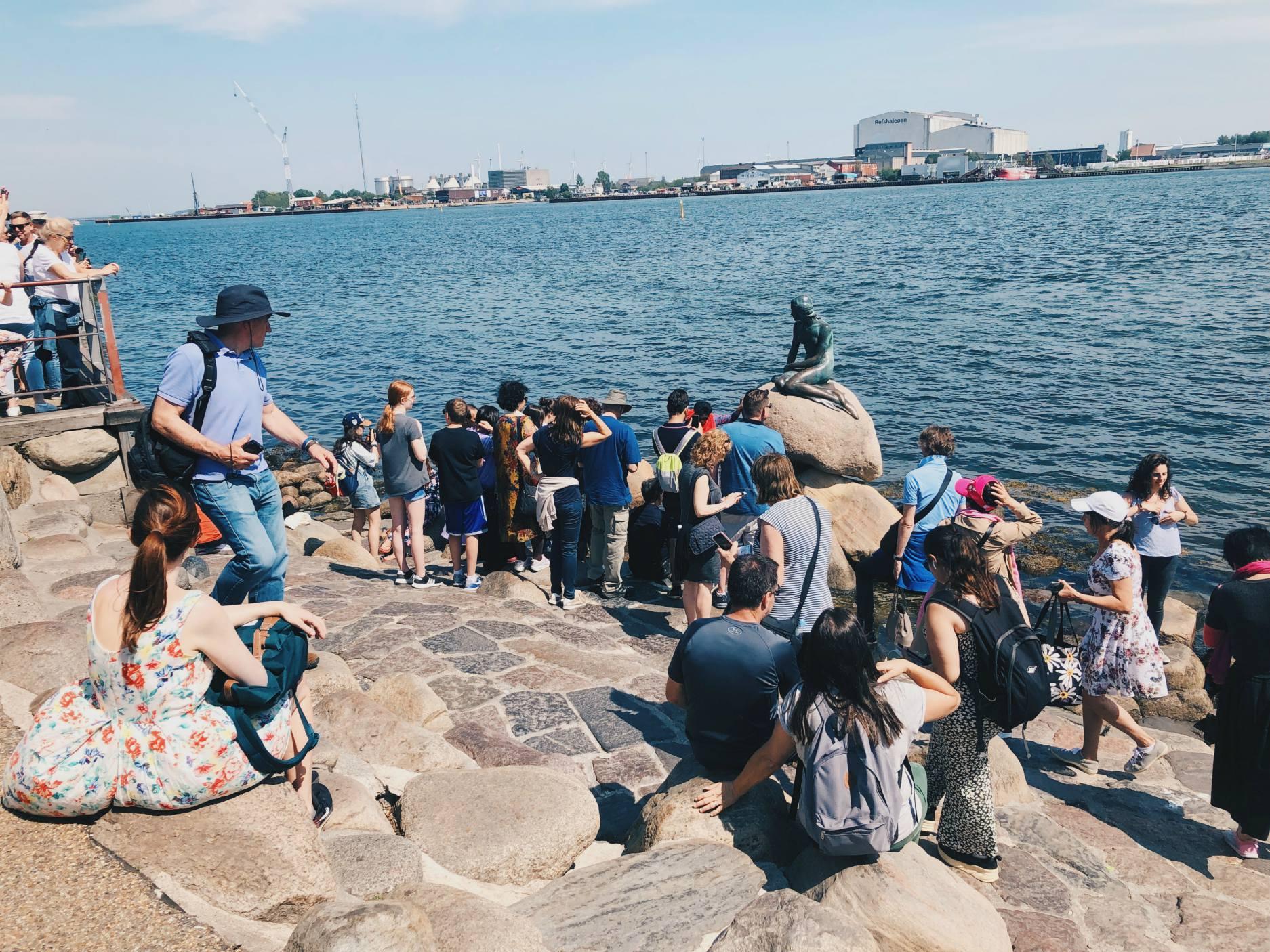 Pieni merenneito ja turistimuuri