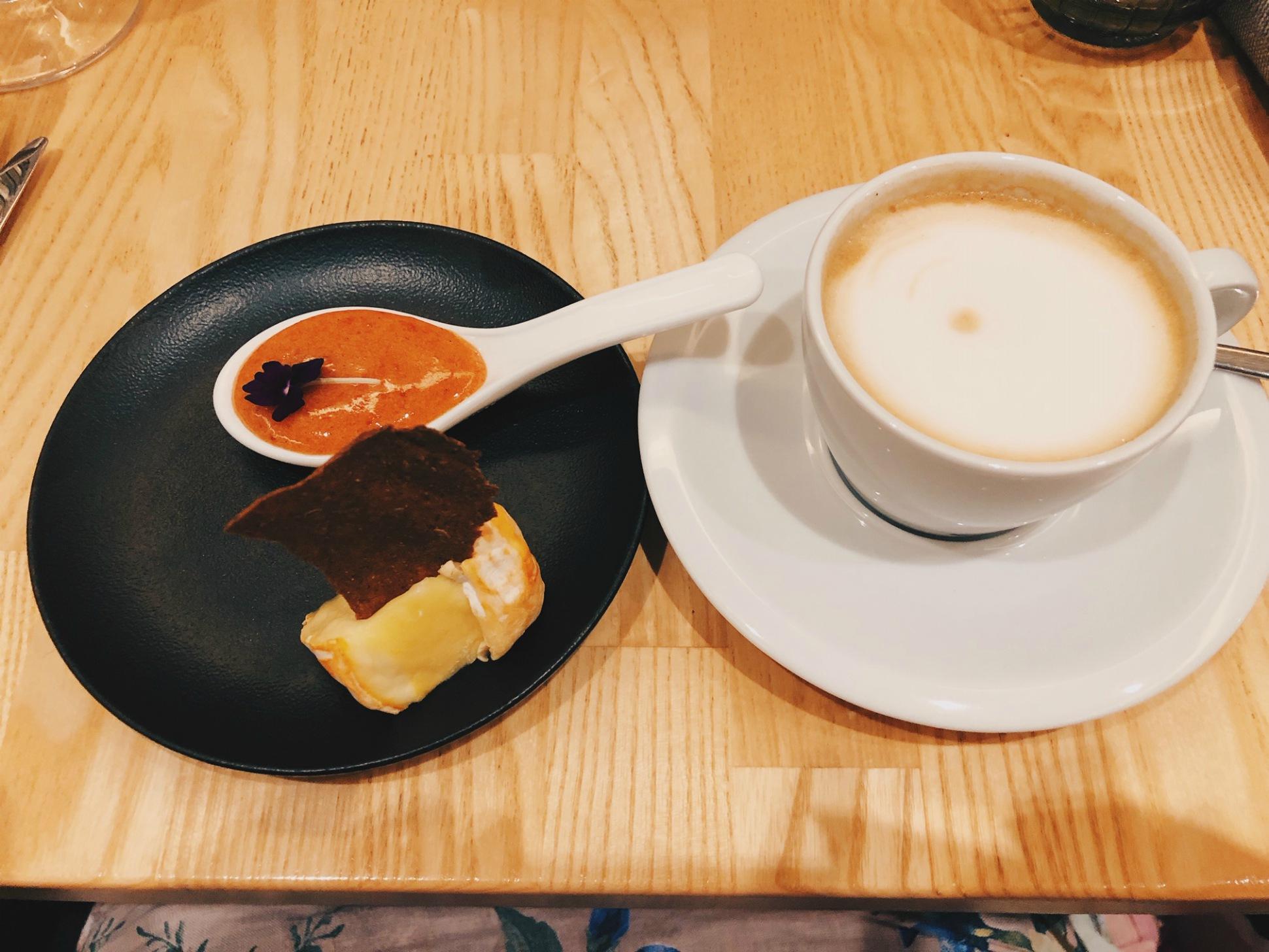 Pieni pala paikallista juustoa ja hilloketta jälkiruoaksi cappuccinon kera.