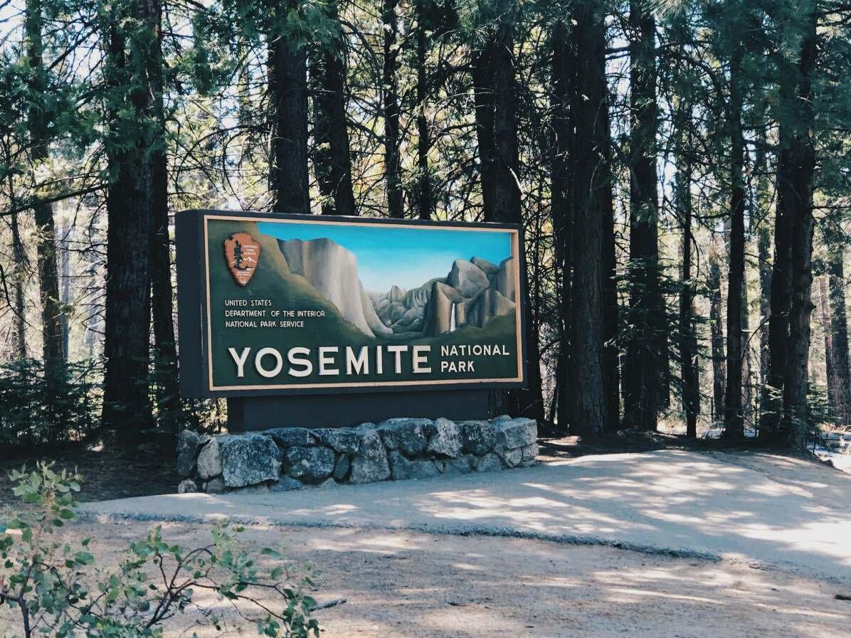 Yosemiten kansallispuiston kyltti ennen kuin käännyimme Tioga Passille