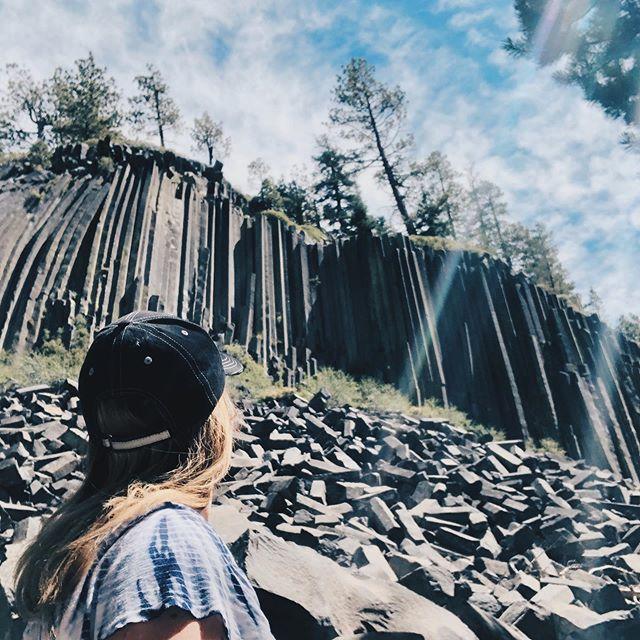 Yesterday we visited this special place formed by lava and ice 100,000 years ago.  The hexagons formed after the lava cooled. Devil's Postpile hidden at the Sierra Nevada Mountains and open for visitors only couple months every year. ⛰ ~ Eilen patikoitiin katsomaan Devil's Postpile  Sierra Nevadan vuoristossa. Erikoinen kivimuodostelma on syntynyt kuuman laavan ja jään ansiosta, ja avoinna vain pari kuukautta vuodessa. * * * * * #devilspostpile #devilspostpilenationalmonument #mammothlakes #california #hiking #hikingadventures #visitcalifornia #sierranevadas #nationalparks #goparks #familytravels #familytravel #travelblogger #matkablogi #perhematkalla
