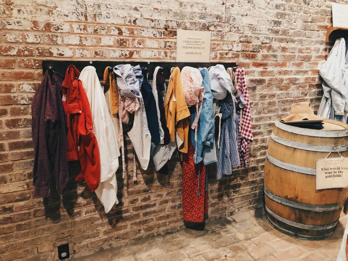 Vanhanajan vaatteita lasten nurkkauksessa.