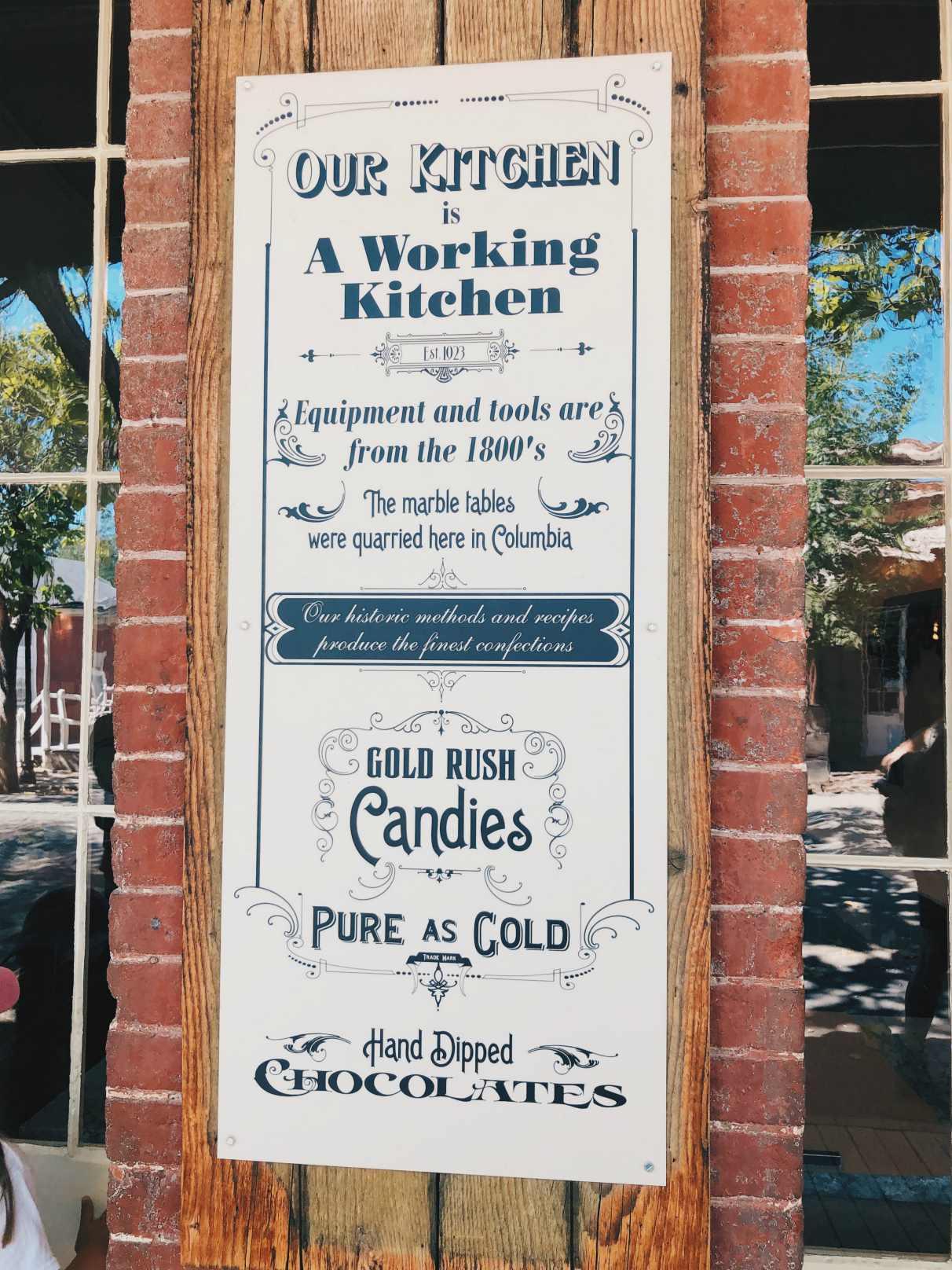 Karkkikaupassa ja sen keittiössä valmistetaan kultabuumin aikaisia karkkeja.