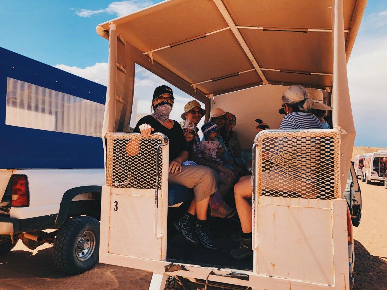 Tässä ollaan menossa Antelope Canyonille Arizonassa. Hiekka pöllysi ajomatkan aikana niin, että suojasimme kasvot bandanoilla.