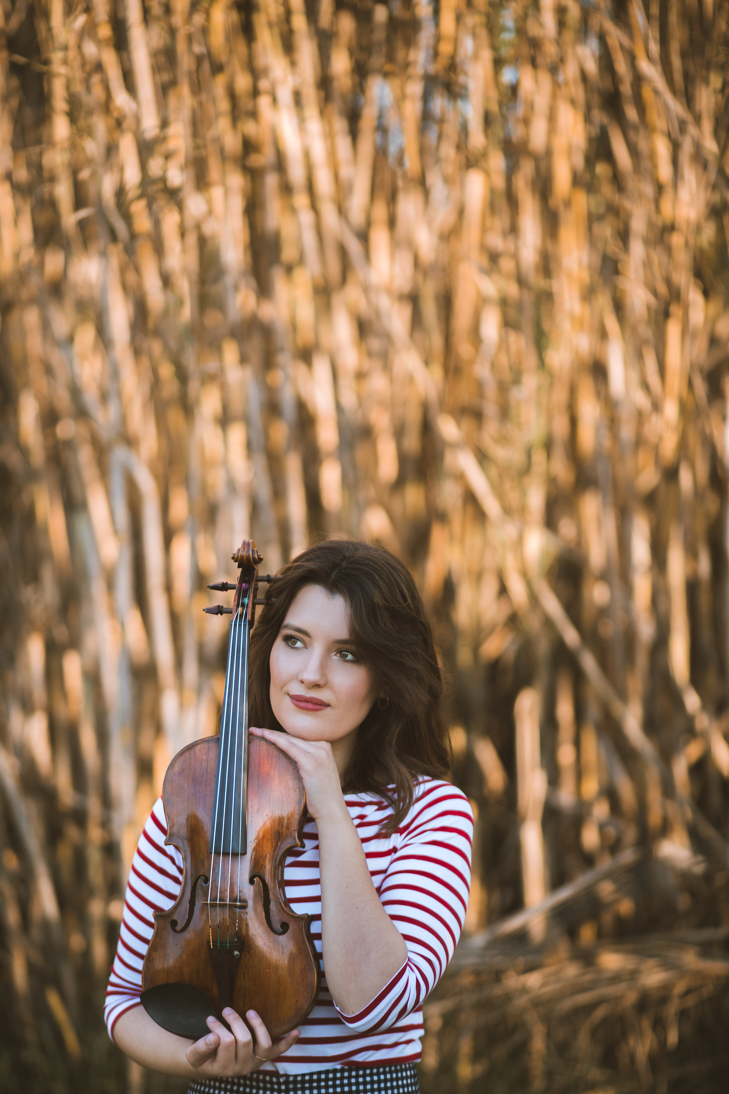 """English - Maria was born in Barcelona in 1993, and started his violin studies at the age of four with her father Cristian Florea, cellist and conductor of the Moldavian Chamber Orchestra. When she was seven years old, Maria performed her first concert as a soloist with the Montbèliard Orchestra (France).She studied with Gonçal Comellas (Spain) Stefan Gheorghiu (Romania) and Adelina Oprean (Switzerland) and has also attended master classes with Ivry Gitlis, Maxim Vengerov, Eduard Schmieder, Pamela Frank, Yair Kless, Günther Pichler among others.She attended the Reina Sofia Music School in Madrid, from 2010 to 2014 under the guidance of violin professors Zakhar Bron and Yuri Volguin. She was also a member of the """"Albeniz de Prosegur"""" chamber music group with professors Heime Müller and Marta Gulyas. She was awarded the """"Outstanding string quartet Award"""" 2012-2013, given by Her Majesty the Queen of Spain.The """"Albeniz de Prosegur"""" group, performed at many concert halls of Spain, including """"Auditiorio Sony"""", the very prestigious Auditorio Nacional de Madrid, and they where live recorded several times by the Spanish National Radio.She has performed as soloist in """"Palau de la Musica Catalana"""" (Barcelona), Ateneu and Radio Hall of Bucharest (Romania), Organ Hall (Republic of Moldova), Sala Thalia of Sibiu (Romania) among others and given recitals in many countries such as France, Germany, Switzerland, Austria, Romania, Republic of Moldova, Bulgaria, United Kingdom Poland, Ecuador and Spain.Since 2012, Maria stablished a regular collaboration with the Spanish pianist Juan Barahona. They have performed as a duo in Ecuador, Germany, Austria, England, Spain, Romania and Republic of Moldavia and they have lately developed a great interest in introducing Spanish music all over the world with works such as Joaquín Turina """"Poema de una Sanluqueña"""" and Manuel de Falla """"Canciones populares Españolas"""".Maria has received several prizes and awards in different competitions as """"Jeunesses"""