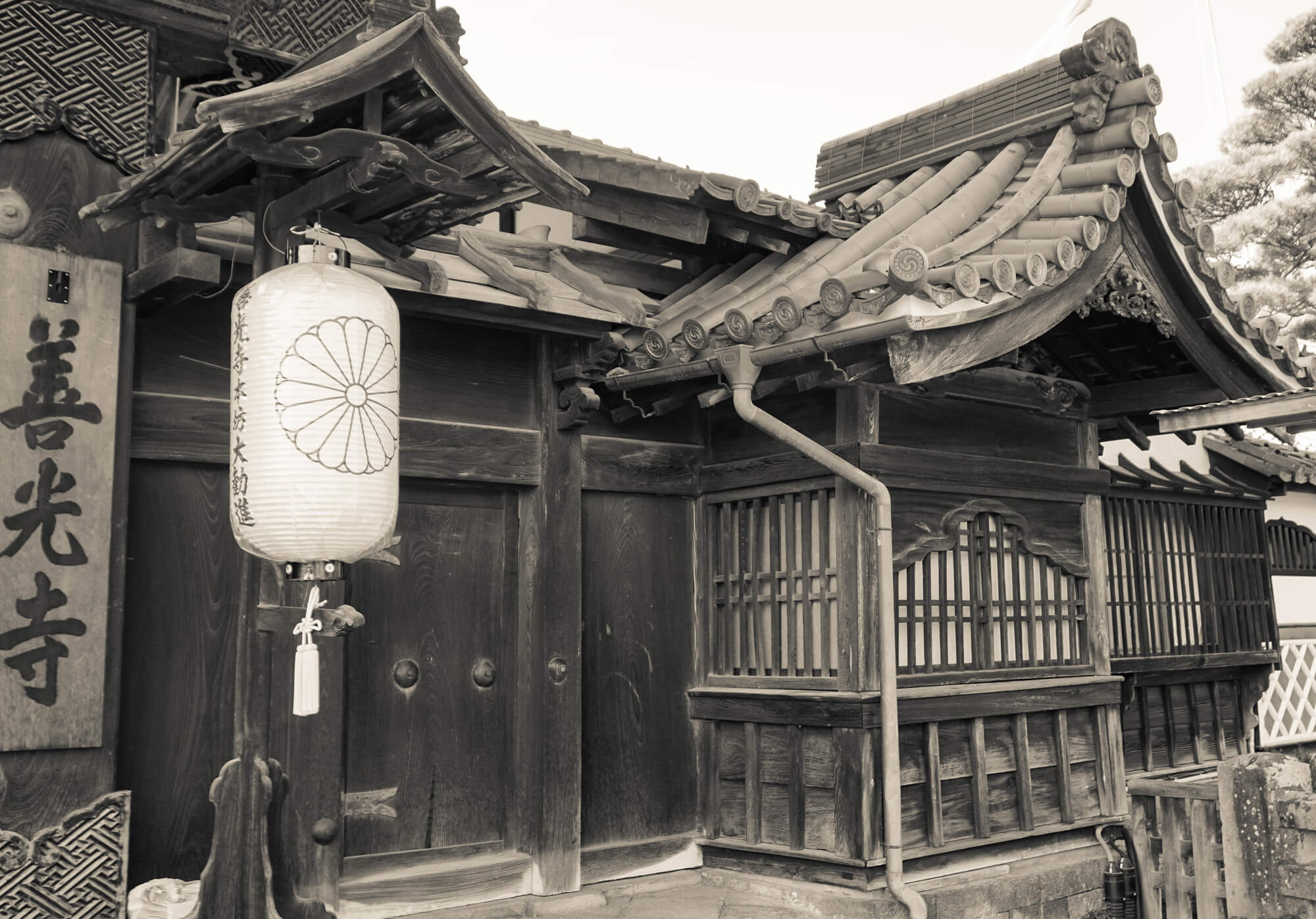 A TRADITIONAL BUILDING IN THE ZENKO-JI BUDDHIST TEMPLE COMPLEX
