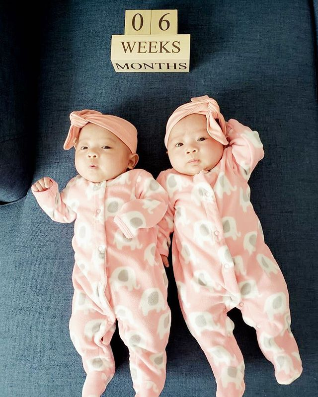 baby Eve & Ava twinning in our Peach Echo headband! 🍑 #somuchlove #adorbs #twinsies #6weeksold #babygirl #sisters #accentyourlittleone 🎀🎀
