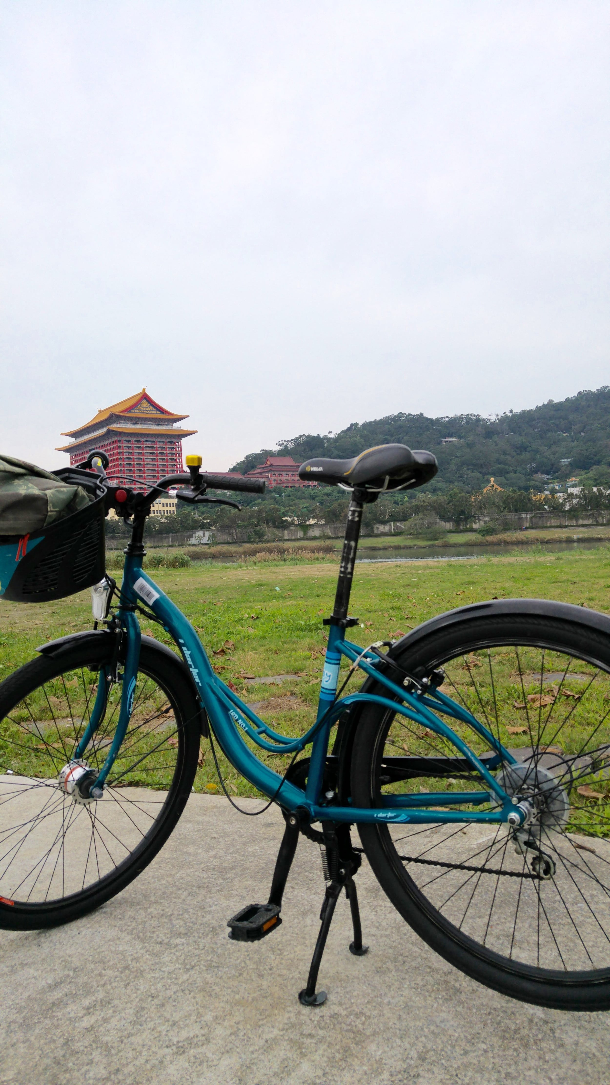 Rental bike with 6 speeds, good enough for strolling along the riverside!