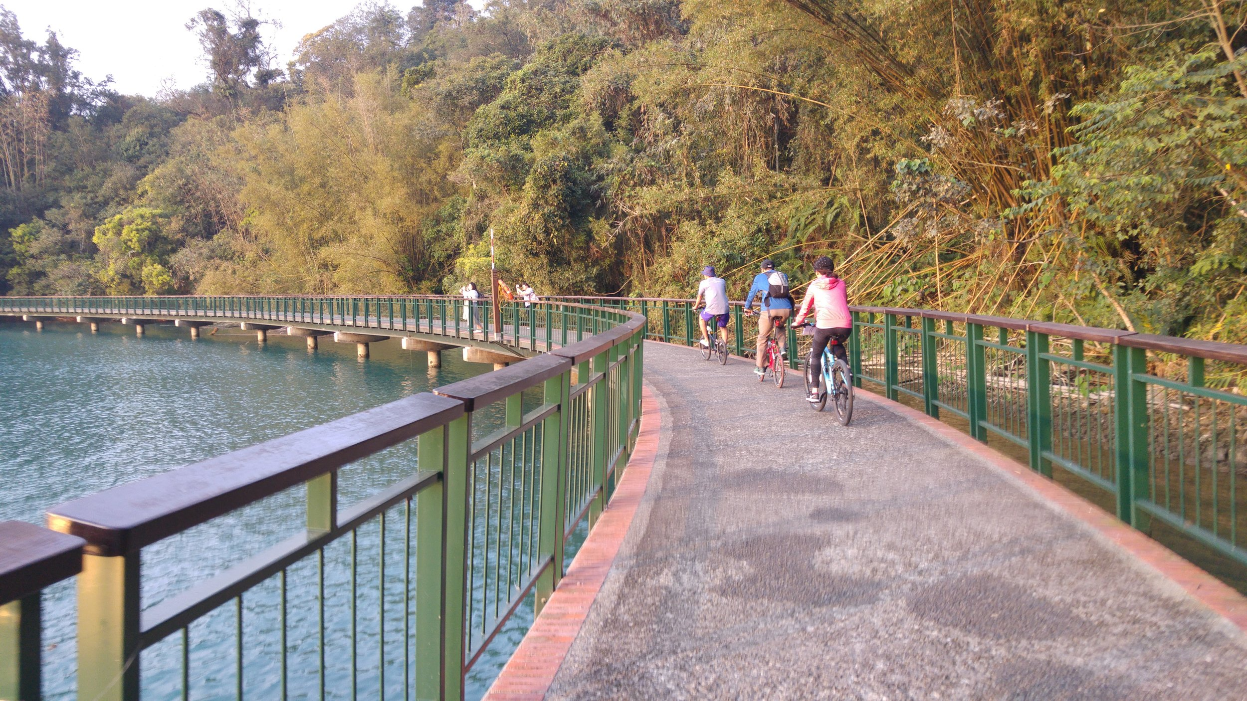 You can enjoy riding a bicycle passing over Sun Moon Lake water.