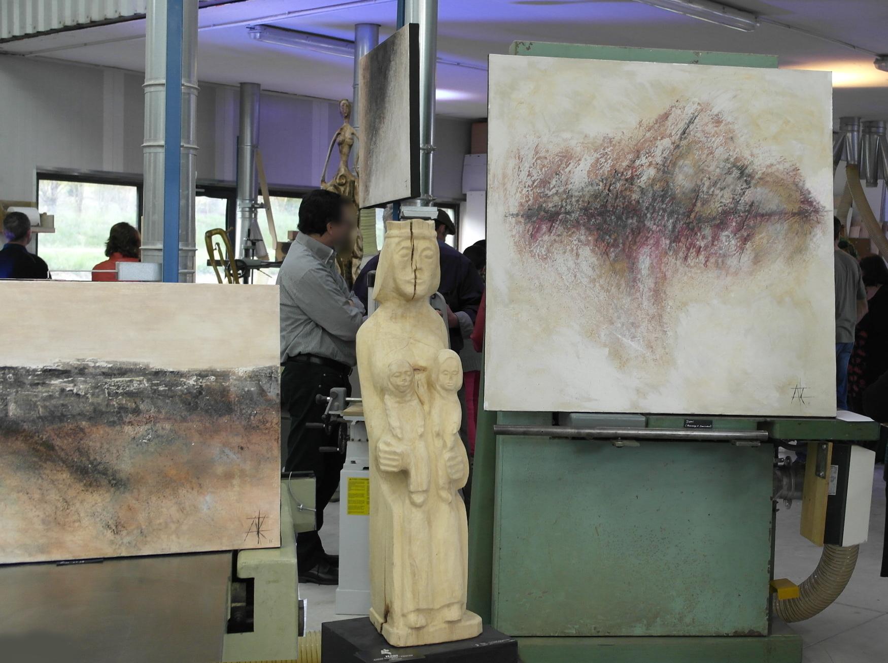 Au centre une sculpture de Hugo, et de part et d'autre des tableaux d'Audrey Roccarro