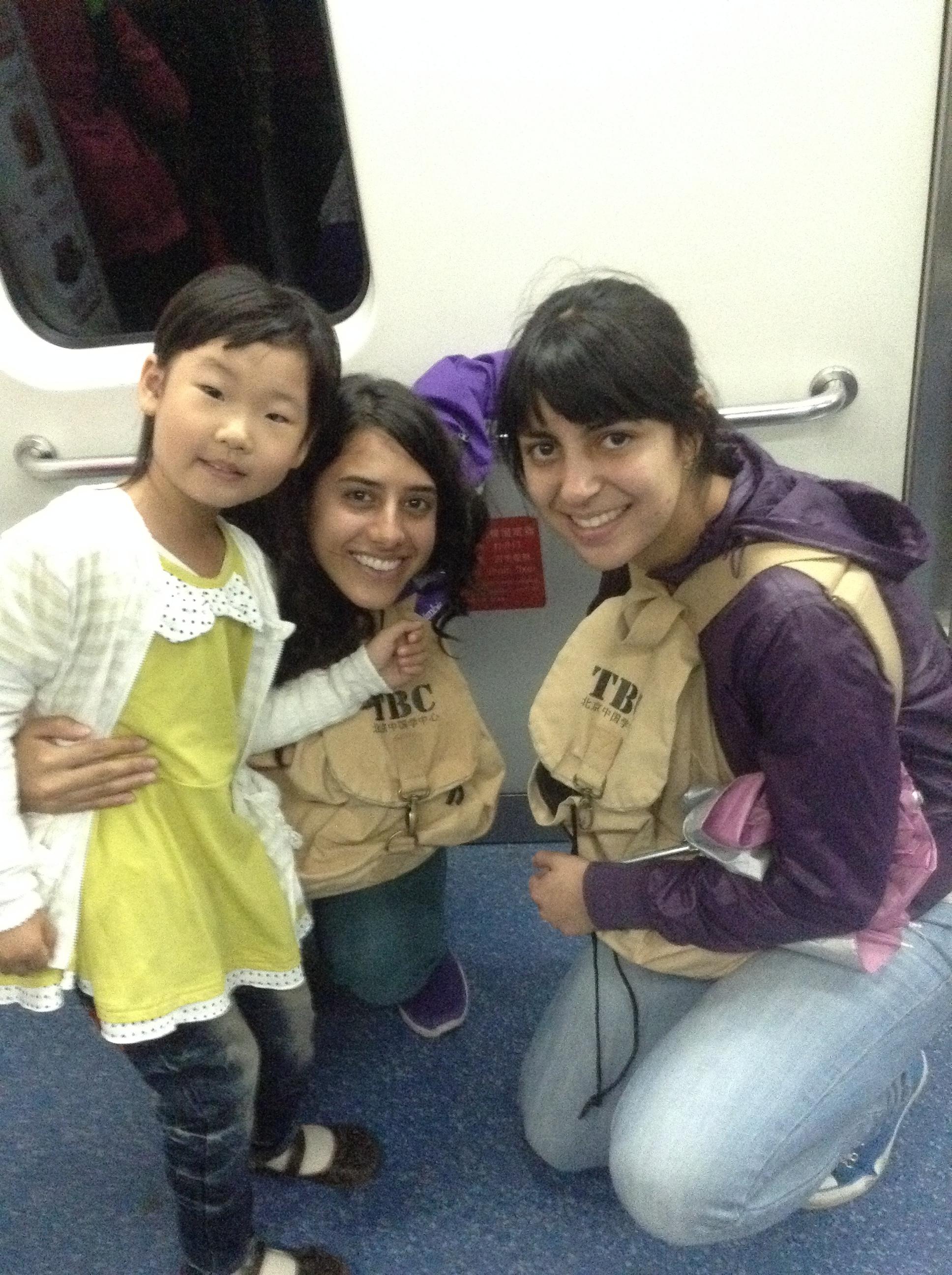 En el metro con una belleza han y Lauris, mi hermanita colombiana en China