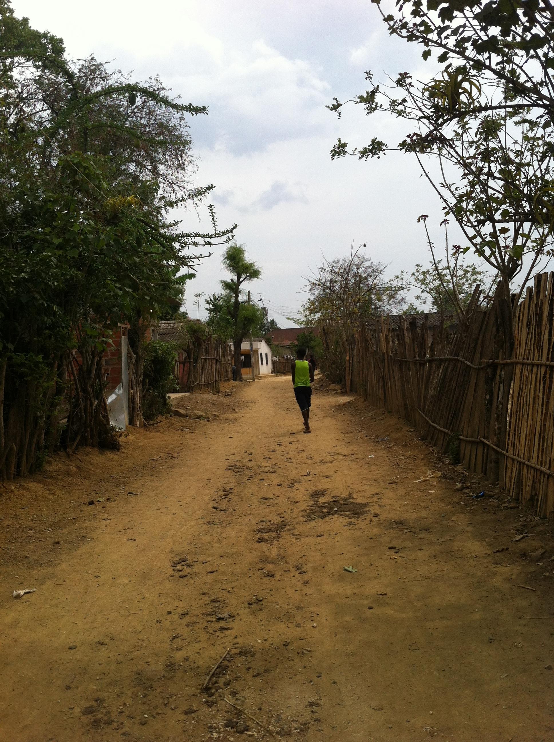 La calle que conduce a la casa cultural, donde queda Palenque Studio, el estudio donde Kombilesa Mi grabó su álbum y la sede de Kuchá Suto, el colectivo de Comunicaciones de Palenque que menciona Andris. (Foto de archivo personal de Laura)