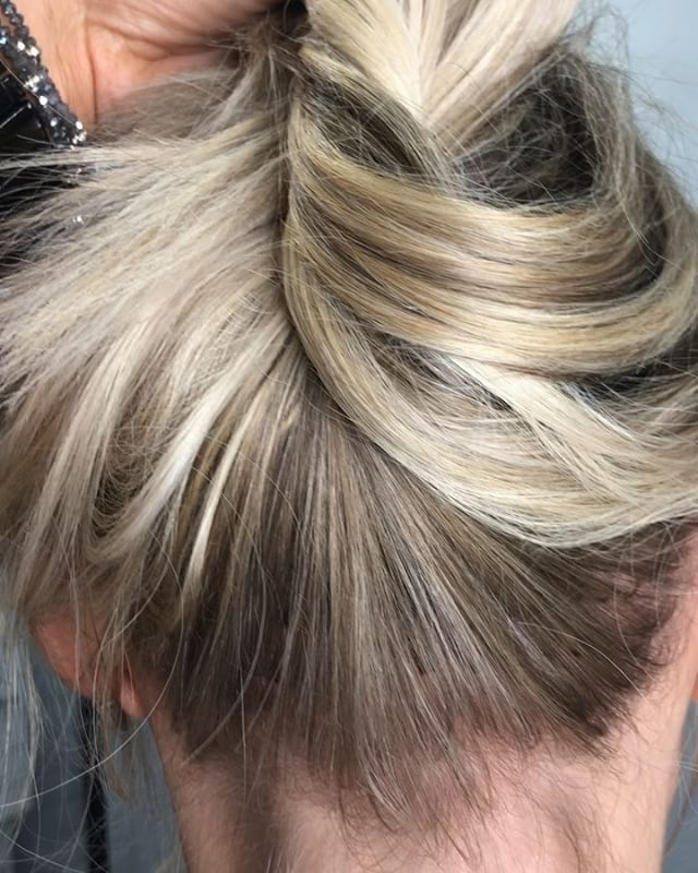 Who else is hairline obsessed? 🙋🏼♀️ Perimeter babylights and 225 strands of keratin fusion extensions making this #TopknotTuesday everything ✨ @thairapypdx @hair.videos @behindthechair_com #lyndsaymaderishair #behindthechair