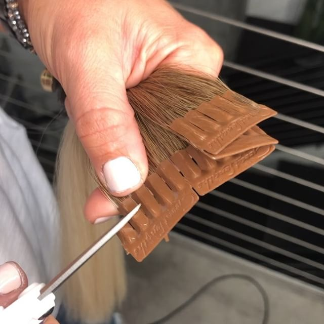 Adjusting the size of the bond is one of most important ways ensuring health of the natural hair when applying fusion extensions. Here I'm cutting it into thirds to match the density of the hair. I precut, and also cut as I go, since density varies throughout the scalp. @thairapypdx #lyndsaymaderishair #fusionextensions #keratinextensions