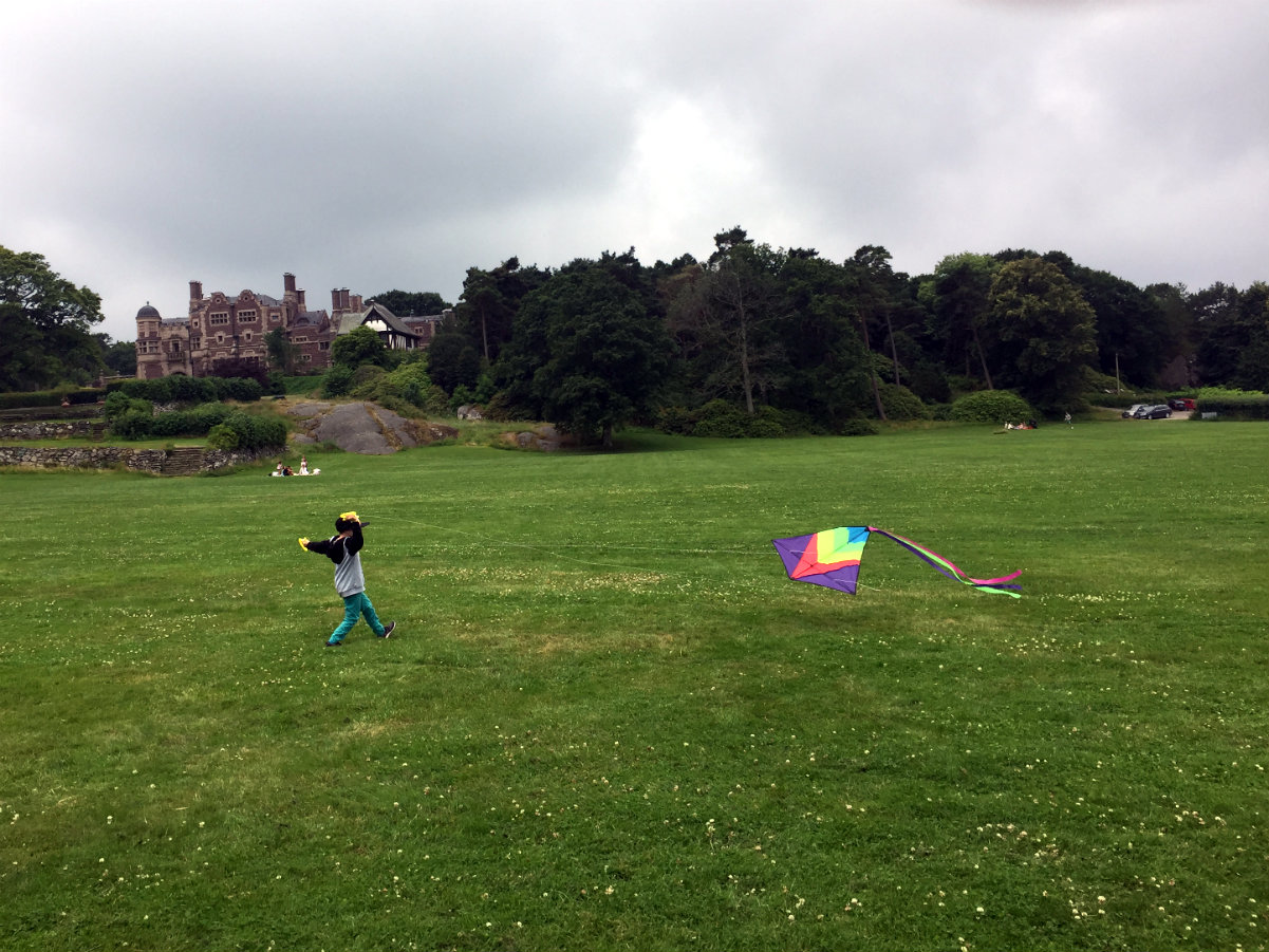 Flying a kite at Tjolöholms slott