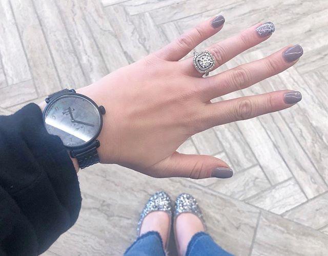 g r e y t o n e l o v e ⬜️◻️◽️▫️◽️◻️⬜️ . . . . . #ringselfie #engagementring #blingbling #shinola #myshinola #oldnavy #greynails #sparkle #holidaystyle #blackmotherofpearl #detroitblogger #engagedlife #fashionblogger #flatlay #manicure #mani