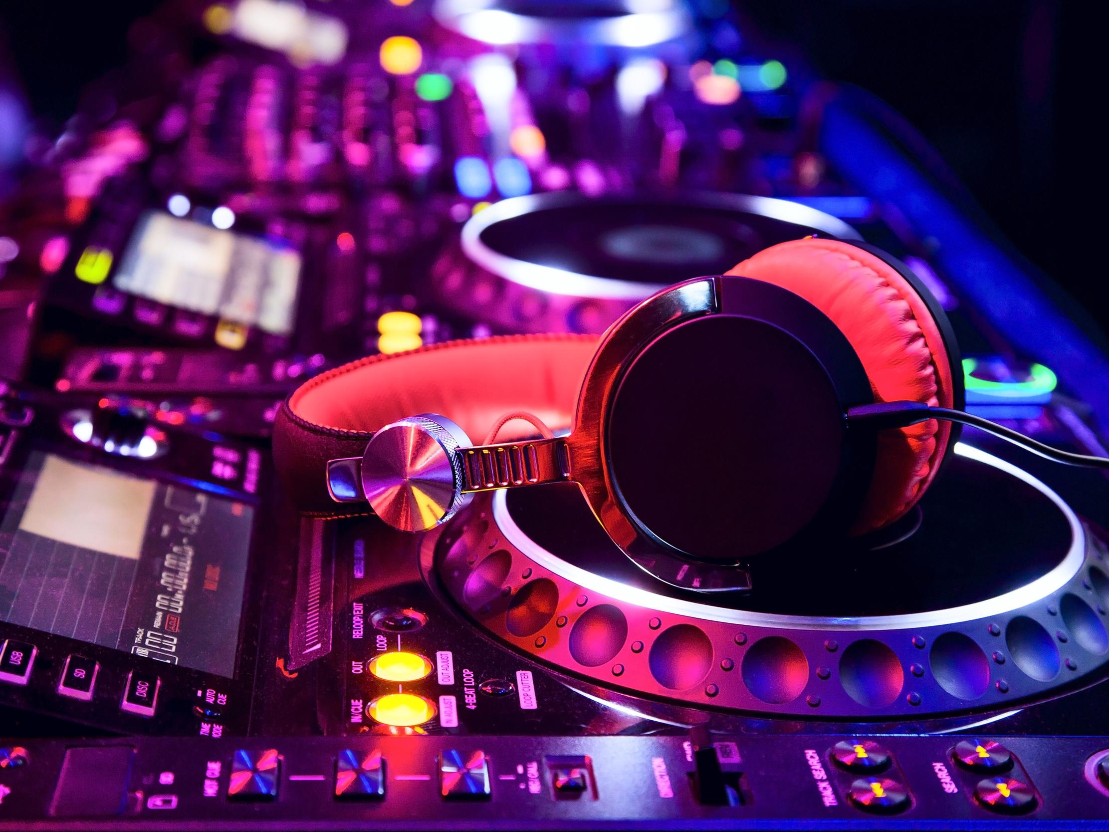 DJ - AdobeStock_45452813.jpeg