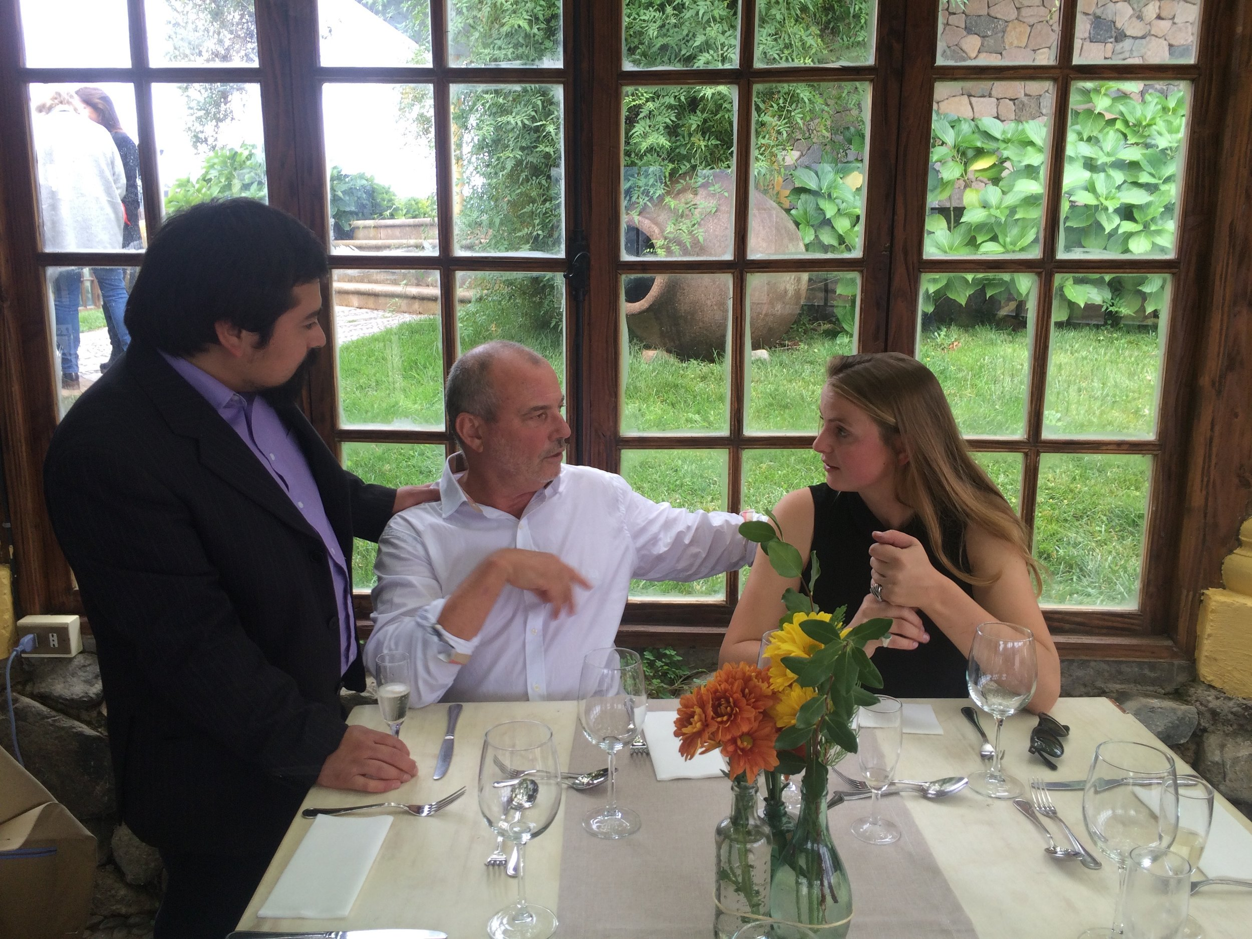 Luiz,Dido en een journalist druk in gesprek op het feest van Cardoen
