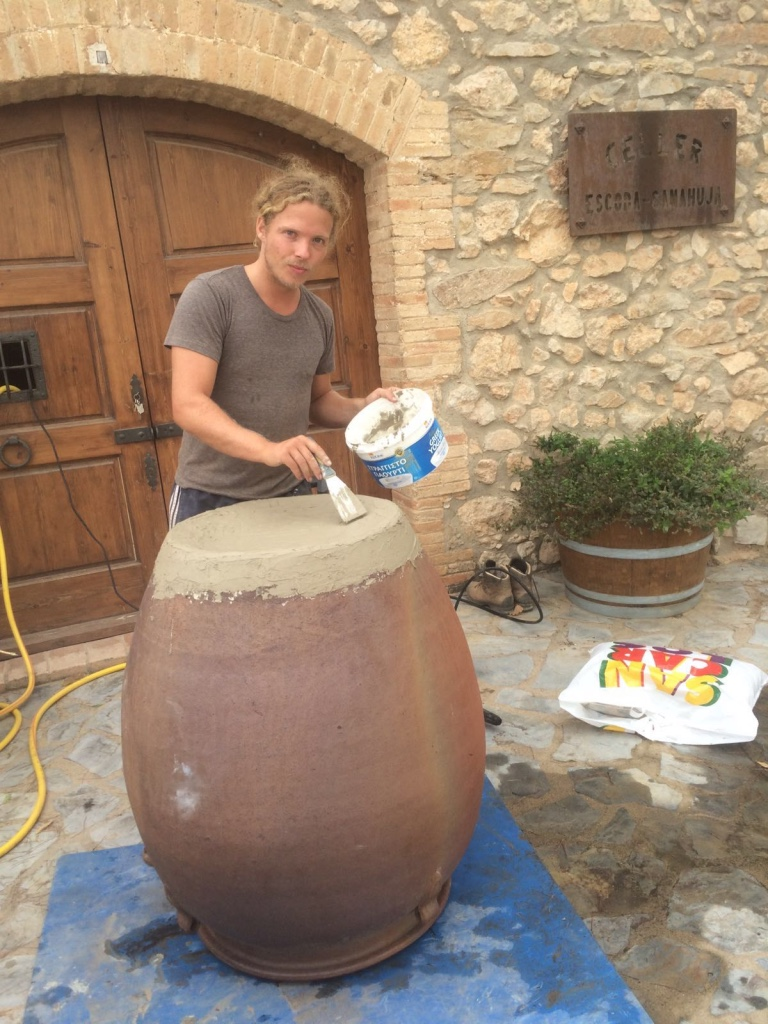 jur is fixing the leaks of amphora with special cement