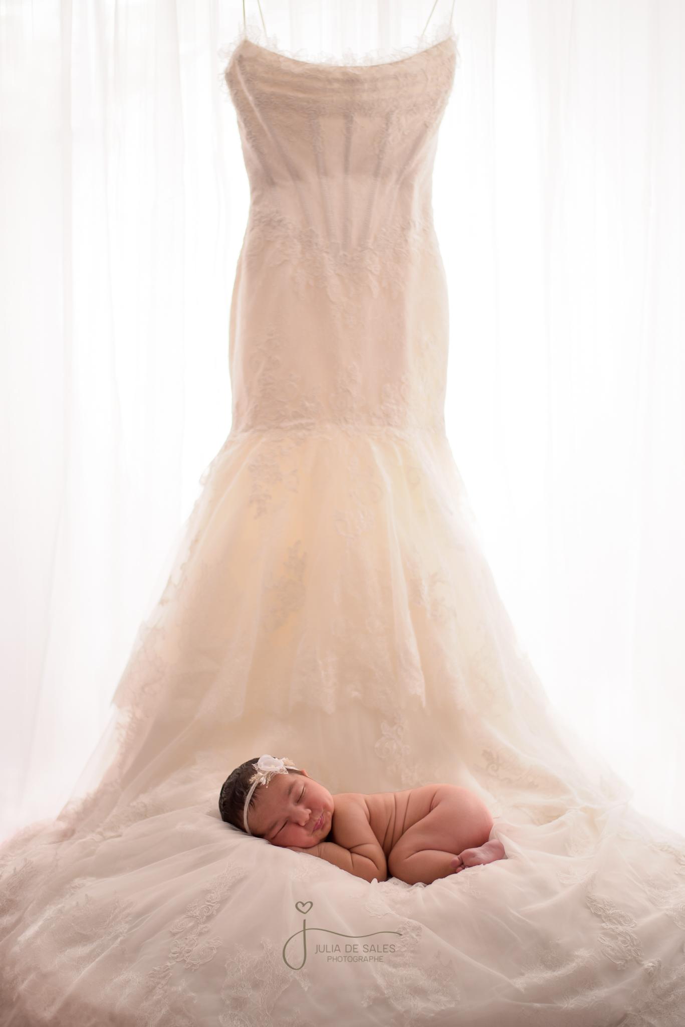 DUO complet - • Séance de Maternité en studio, chez le client ou à l'extérieur •• Maman seul ou avec famille avec 3 vêtements et 1 voilage •• 1 heure et demi de séance de maternité •• 15 photos numériques retouchées de maternité •• Séance de Nouveau-né en studio •• 2-3 heures de séance avec 3 décors/accesoires (bébé et famille)•• 25 photos numériques retouchées de nouveau-né •• 3 mini-albuns accordéon •• 1 album 10x101700$Photos supplementaires sur demande