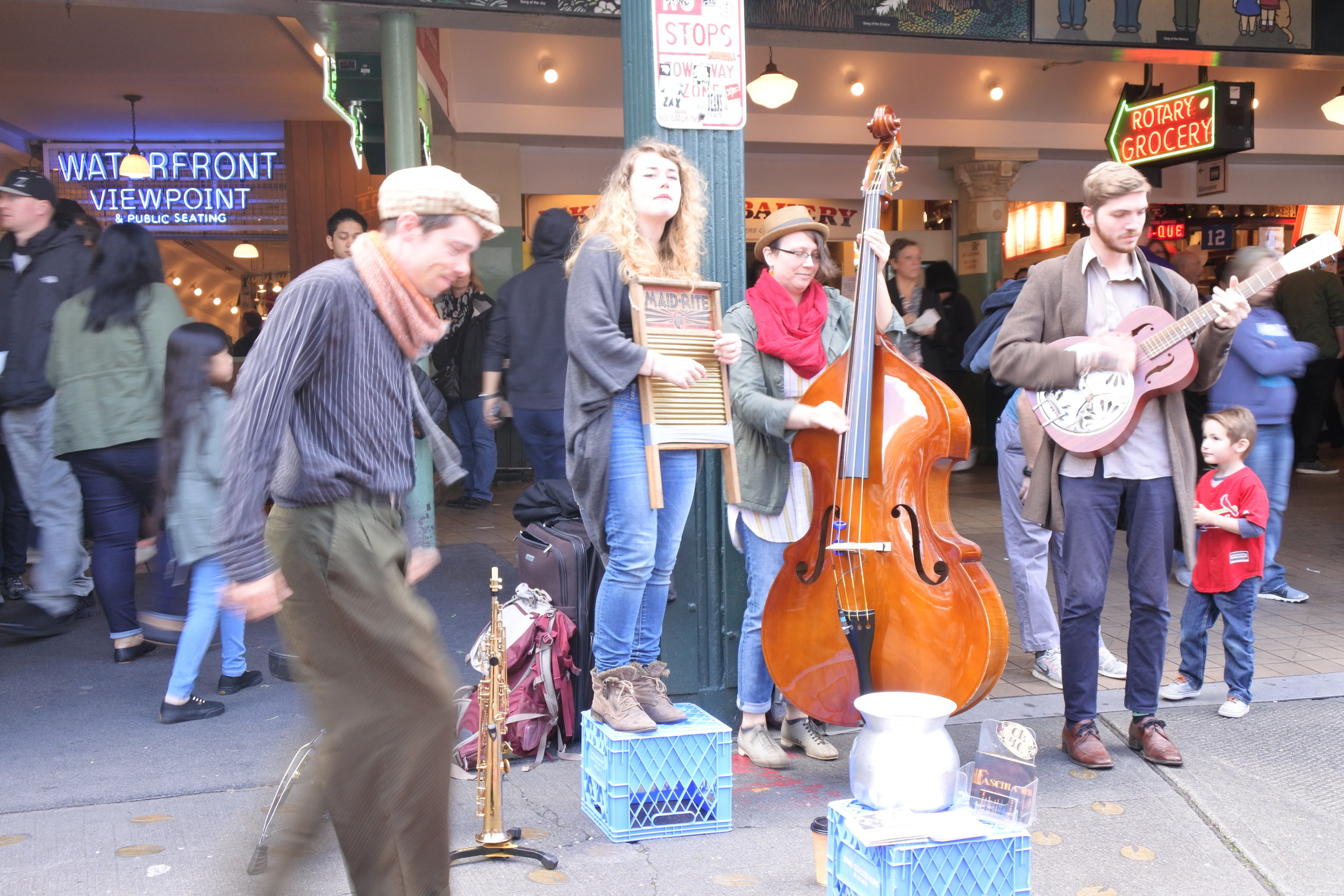 Irish street buskers entertaining the crowd
