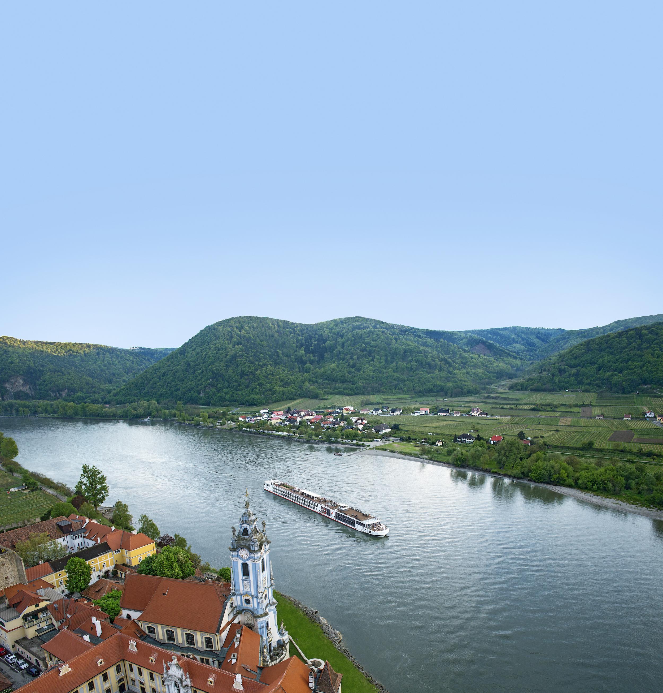 Viking_Longship_near_Durnstein.jpg