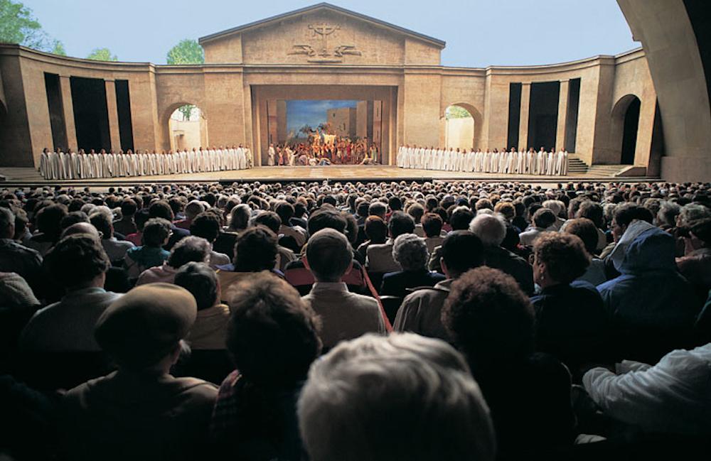 Oberammergau_Stage_Crowd.jpeg