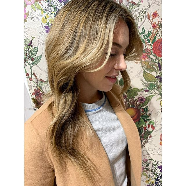 Gorgeous birthday girl 🥰#birthdaygirlhair 🎂DM Me to book your next session at @livebytheswordsalon  Color by yours truly • Swipe to see the technique. Love a custom balayage and foil combo for dimension.  Styled with products by @amika & @amikapro