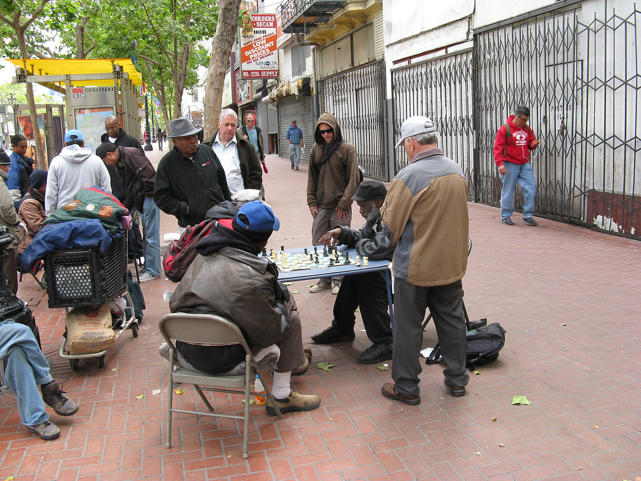 1280px-People_playing_chess-Tenderloin-San_Francisco